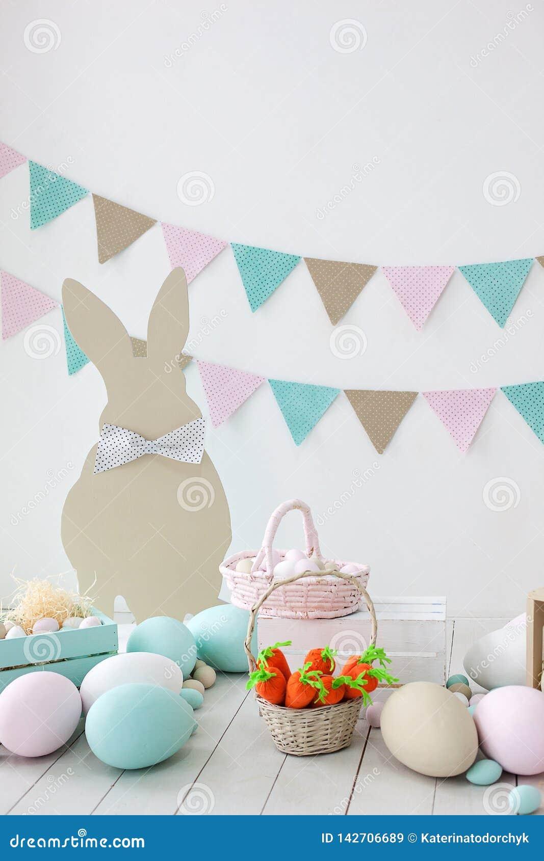 复活节!与兔宝宝和篮子的许多五颜六色的复活节彩蛋!屋子的复活节装饰,比赛的儿童房间 篮子与