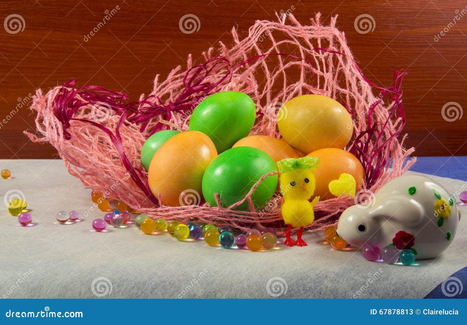 复活节上色了鸡蛋、兔子和鸡