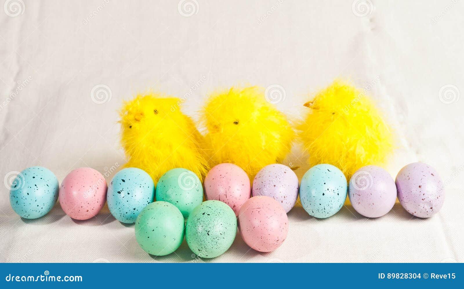 复活节上色了鸡蛋和三只小鸡