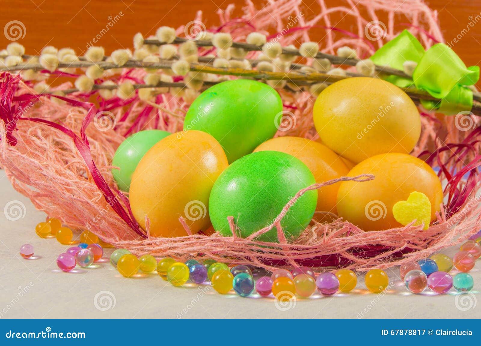 复活节巢用鸡蛋和褪色柳在桌上