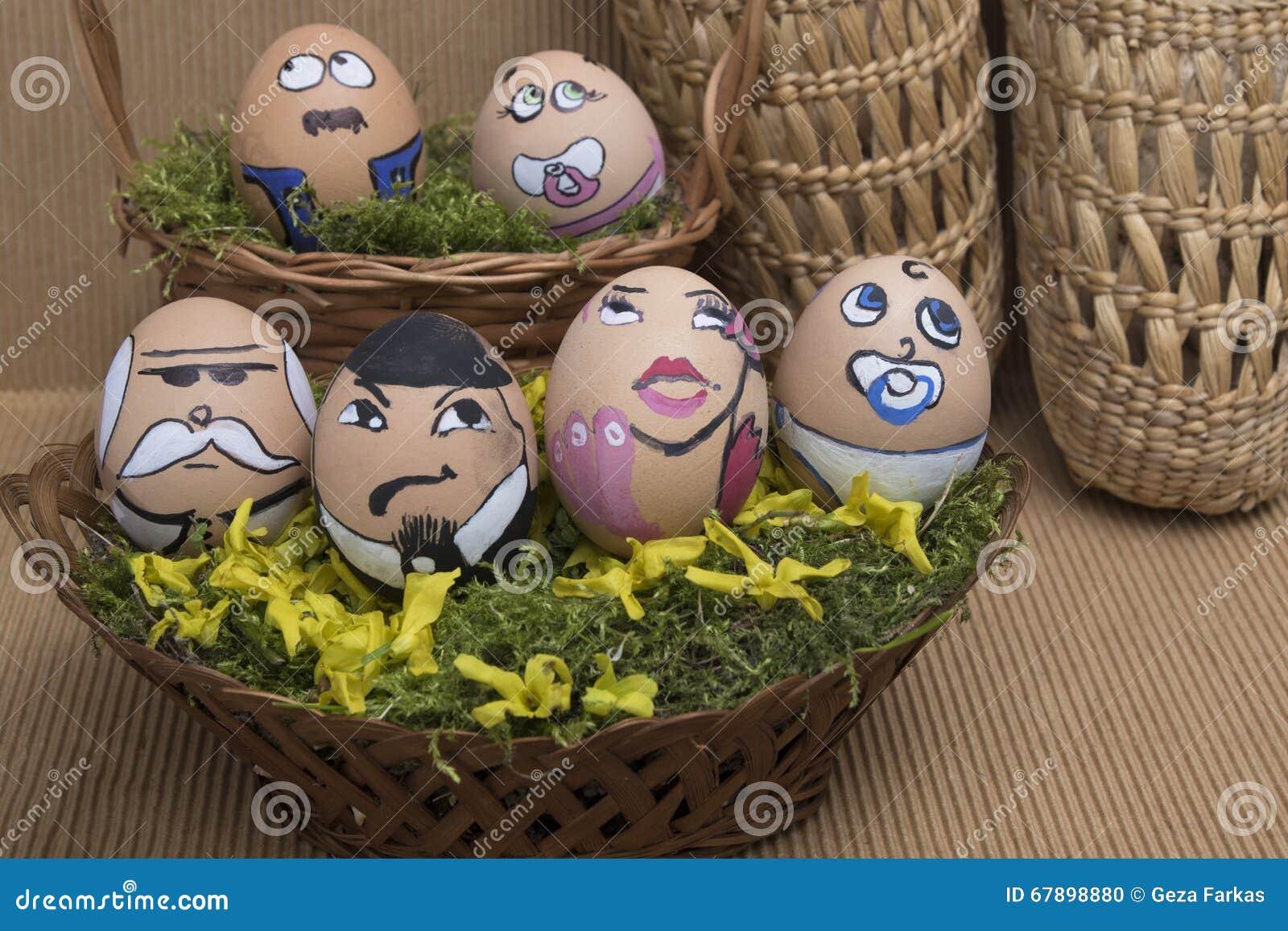 复活节彩蛋在柳条筐的面孔家庭