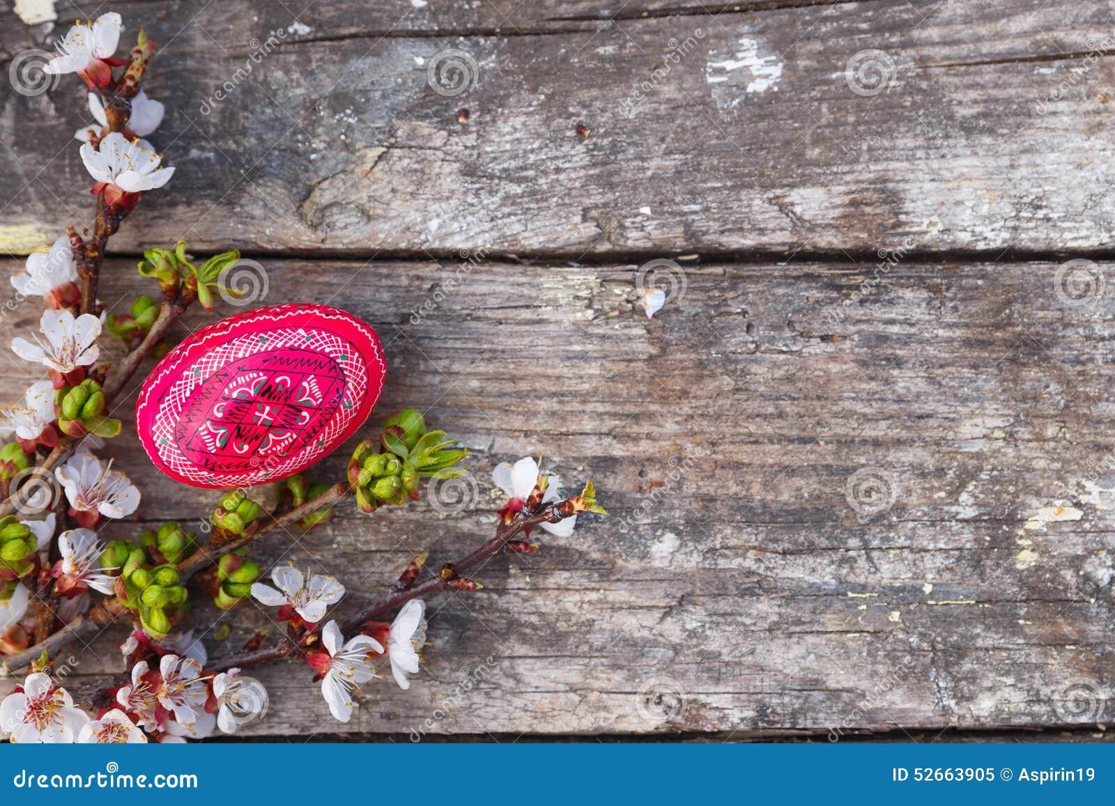 复活节快乐用鸡蛋和春天花