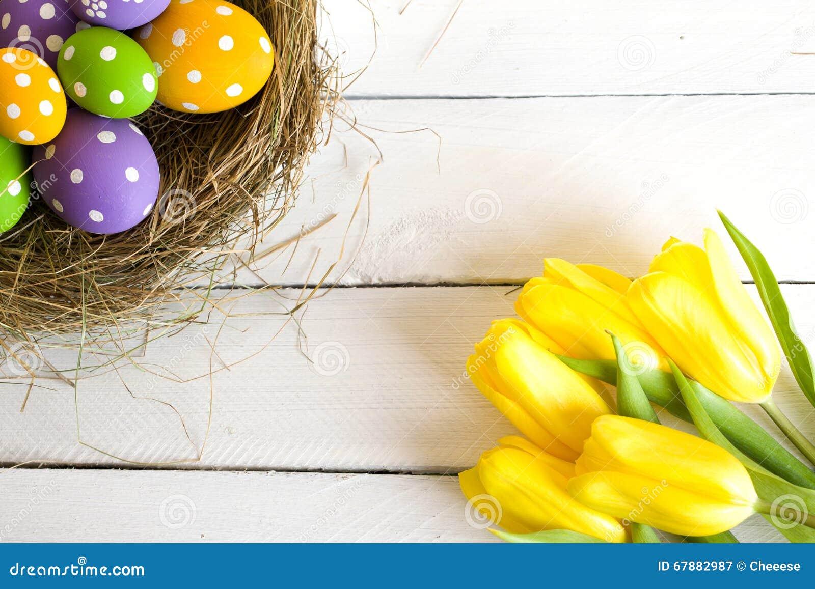 复活节篮子用色的鸡蛋