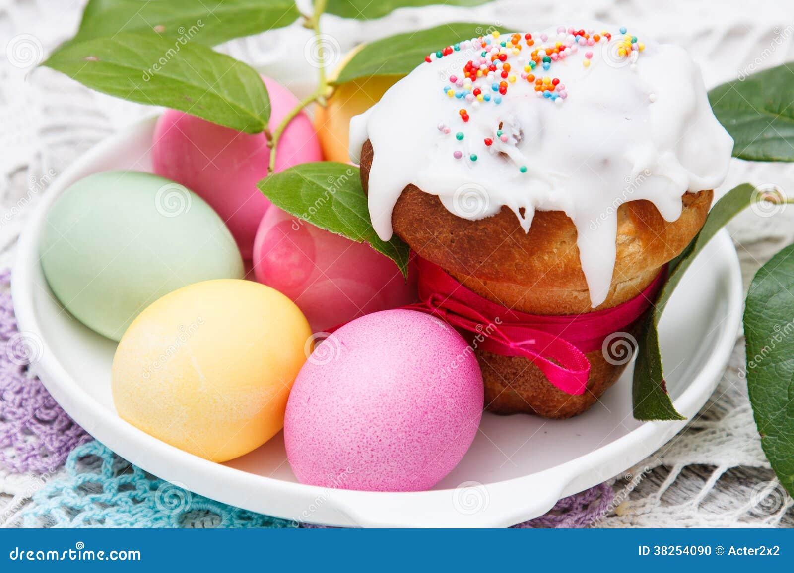 复活节蛋糕和五颜六色的鸡蛋
