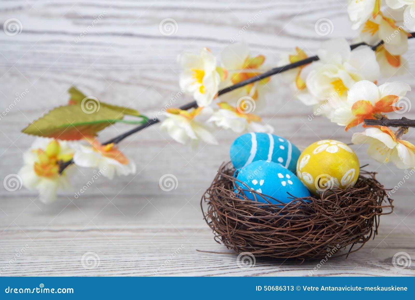 Download 复活节装饰 在巢的鸡蛋在木头 库存图片. 图片 包括有 嵌套, 节假日, 自然, 食物, 鸟舍, 宗教信仰 - 50686313