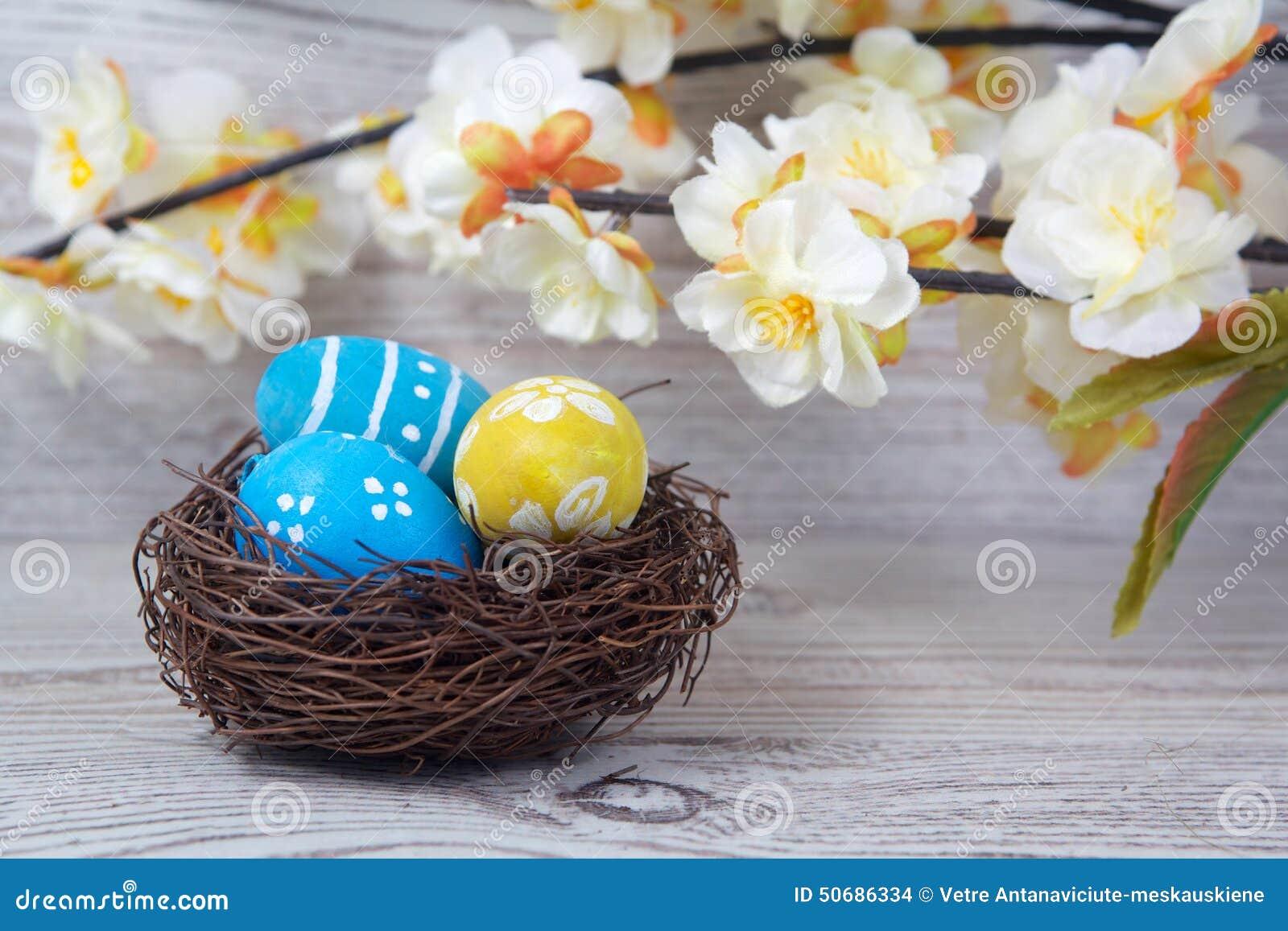 Download 复活节装饰 在巢的鸡蛋在木头 库存照片. 图片 包括有 背包, 木头, 传统, 装饰, 鸡蛋, 葡萄酒, 庆祝 - 50686334