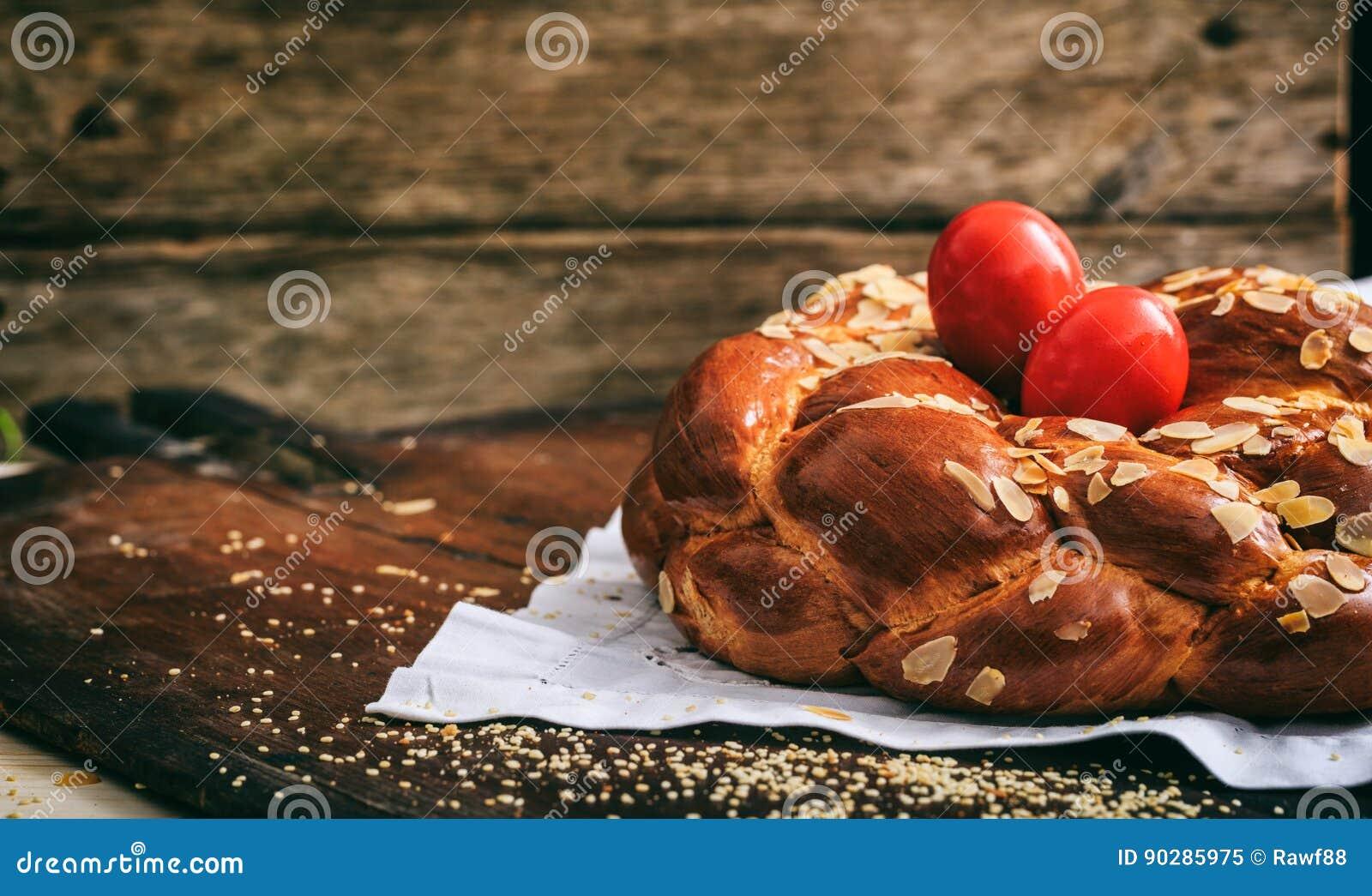 复活节面包和鸡蛋在桌上-复制空间