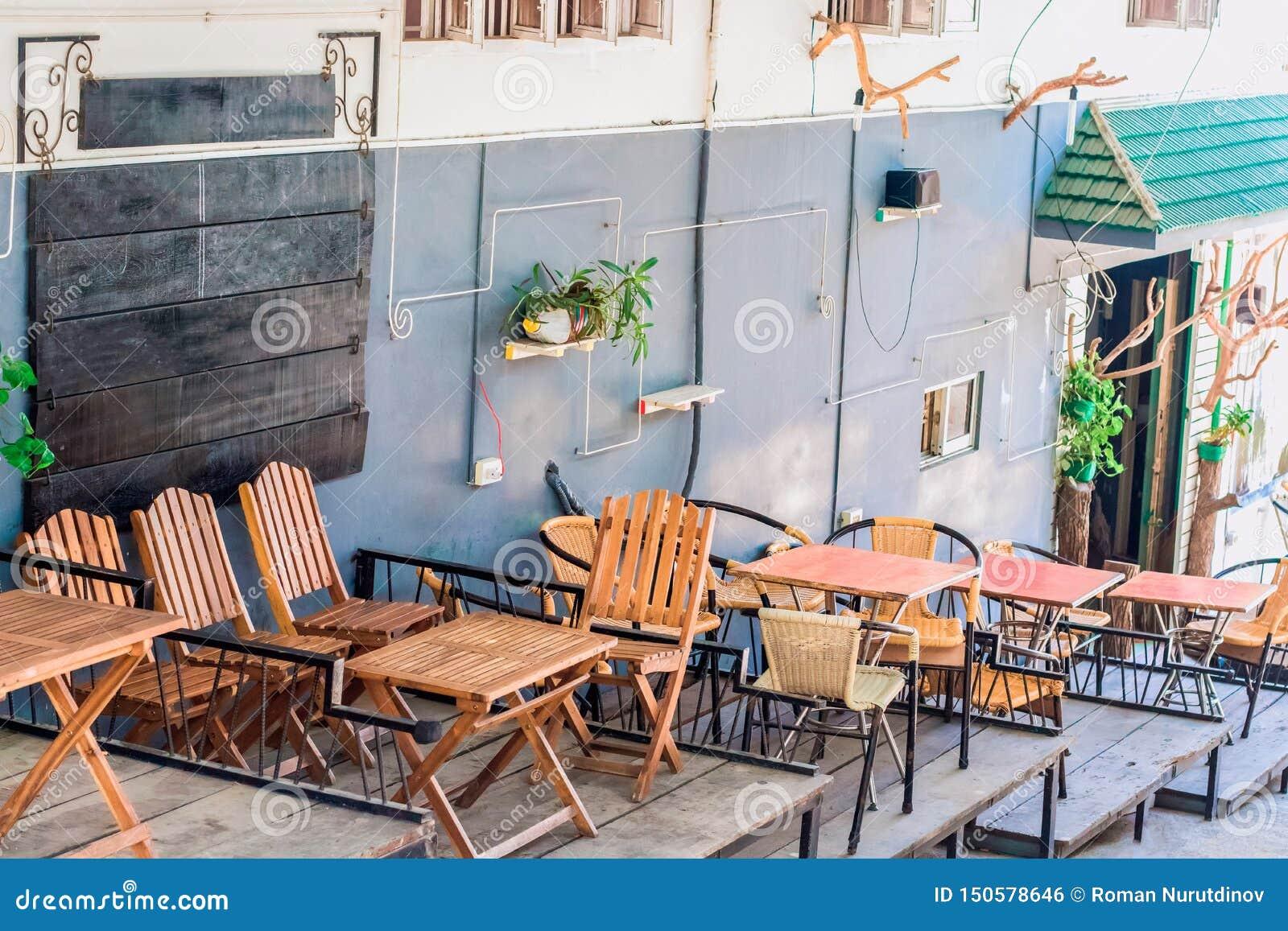 夏天与装饰的城市咖啡馆