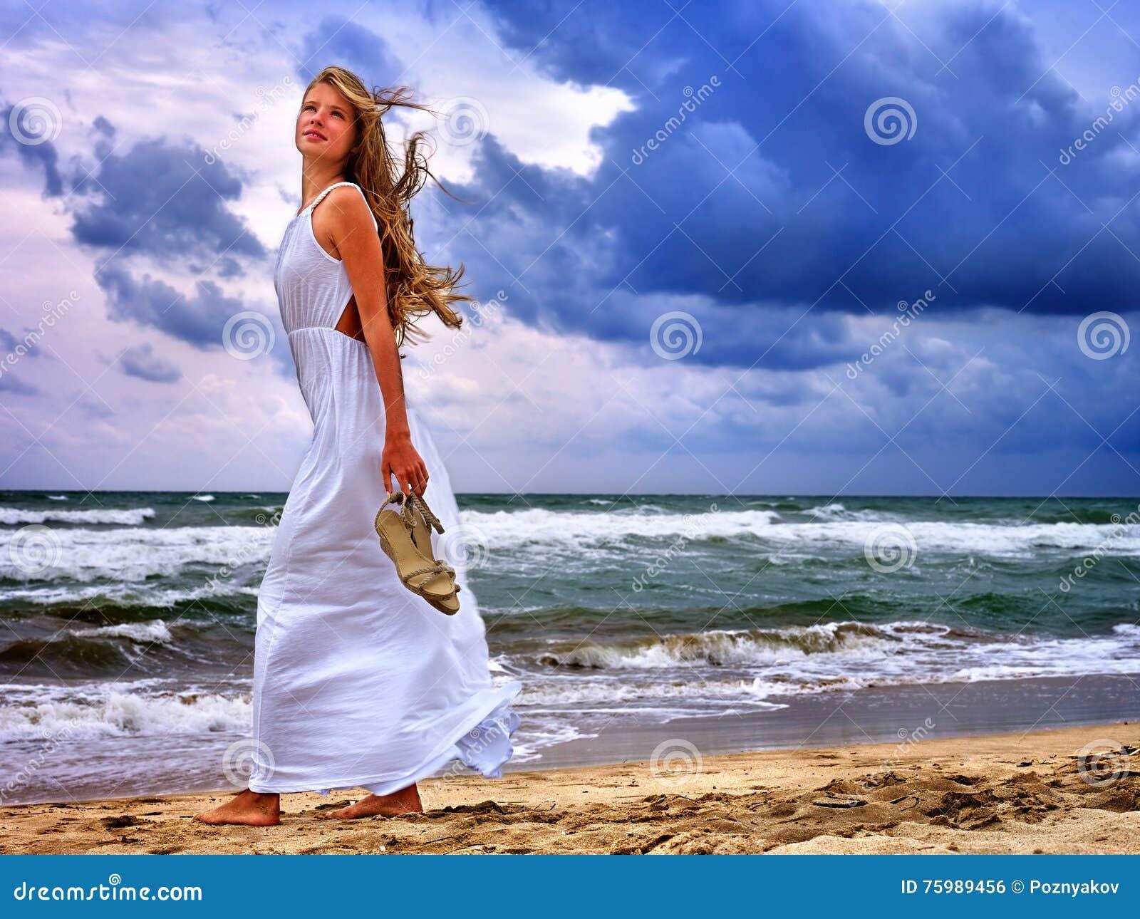 夏天女孩在水的海神色