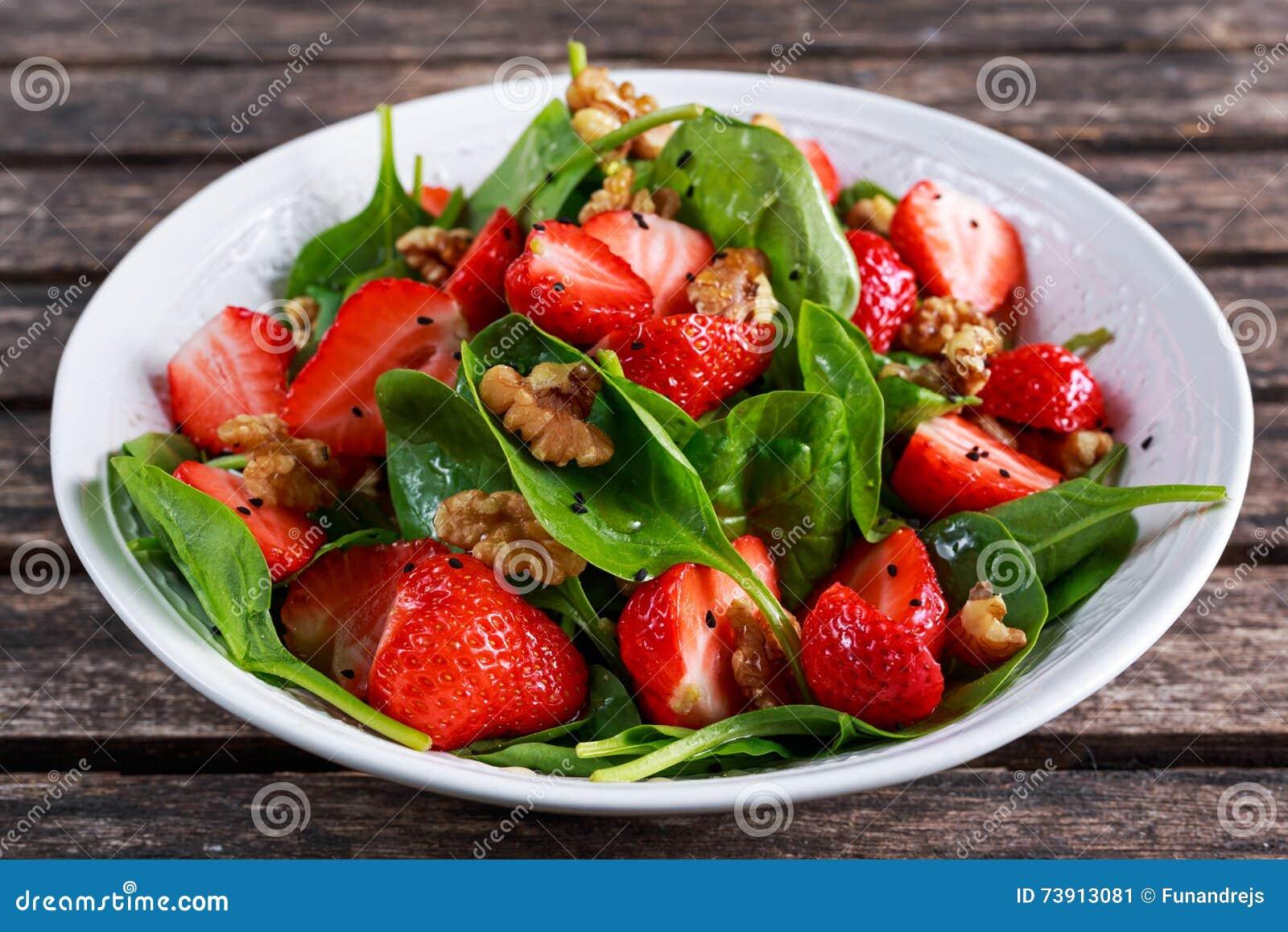 夏天果子素食主义者菠菜草莓坚果沙拉 概念健康食品