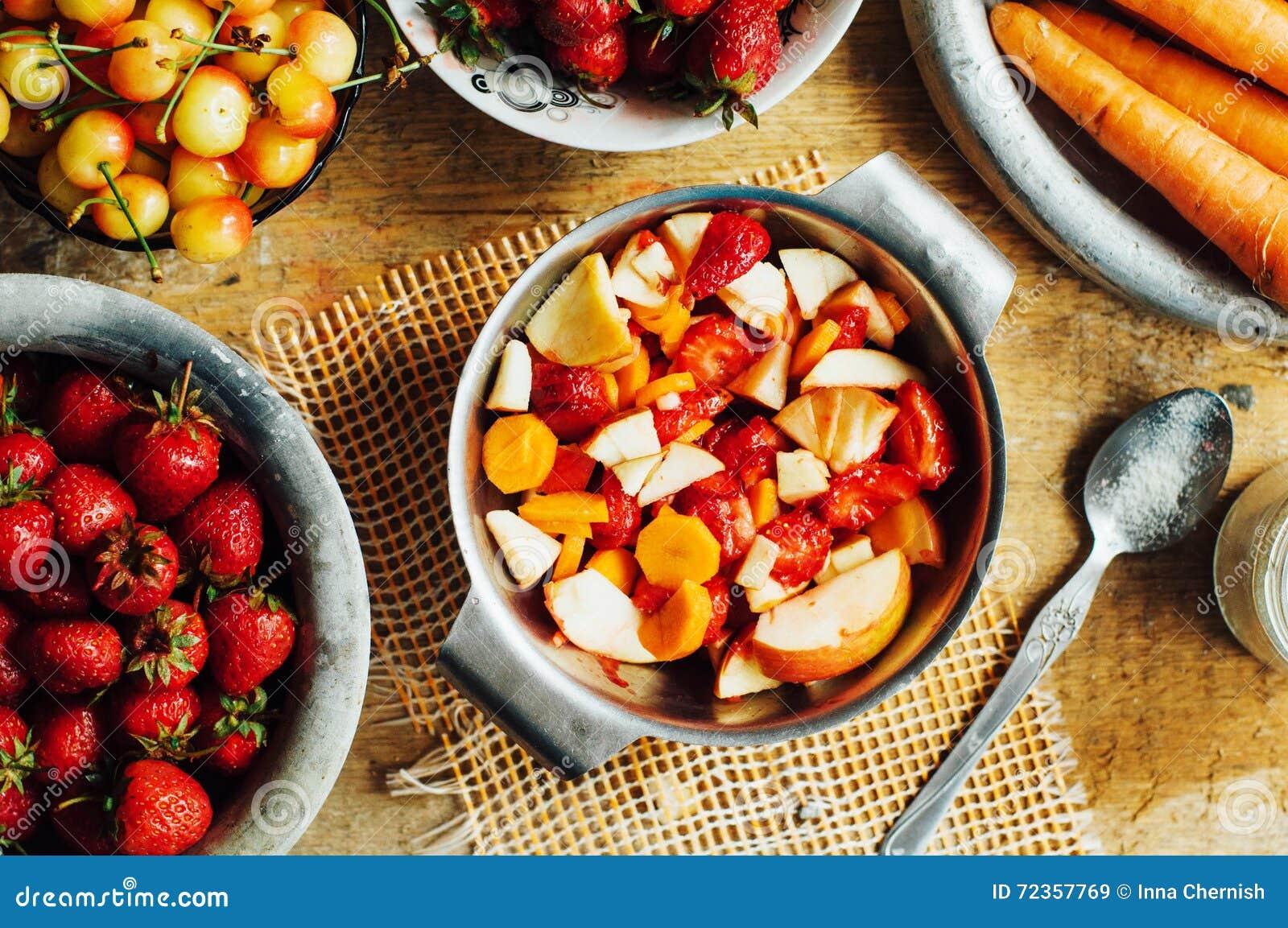 夏天沙拉用新鲜的家庭自然水果和蔬菜 预习功课