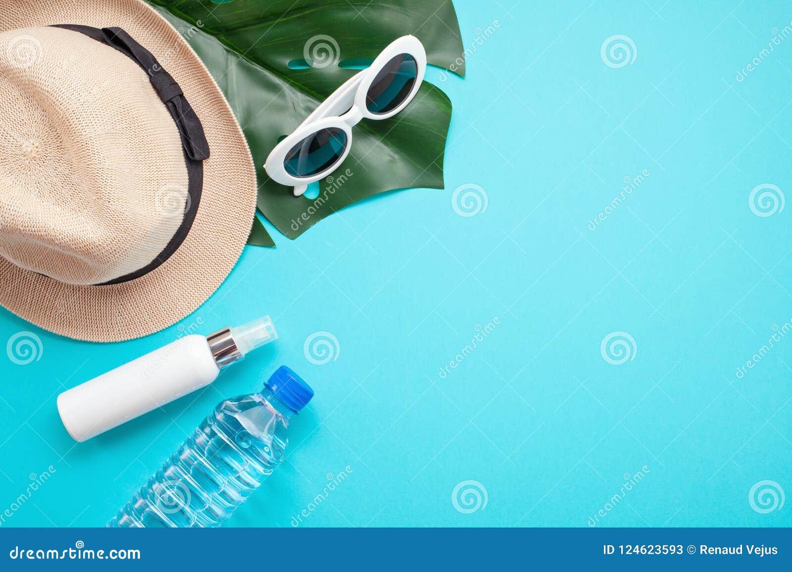 夏天热的根本辅助部件:太阳镜,帽子,遮光剂,瓶水 平的位置,顶视图