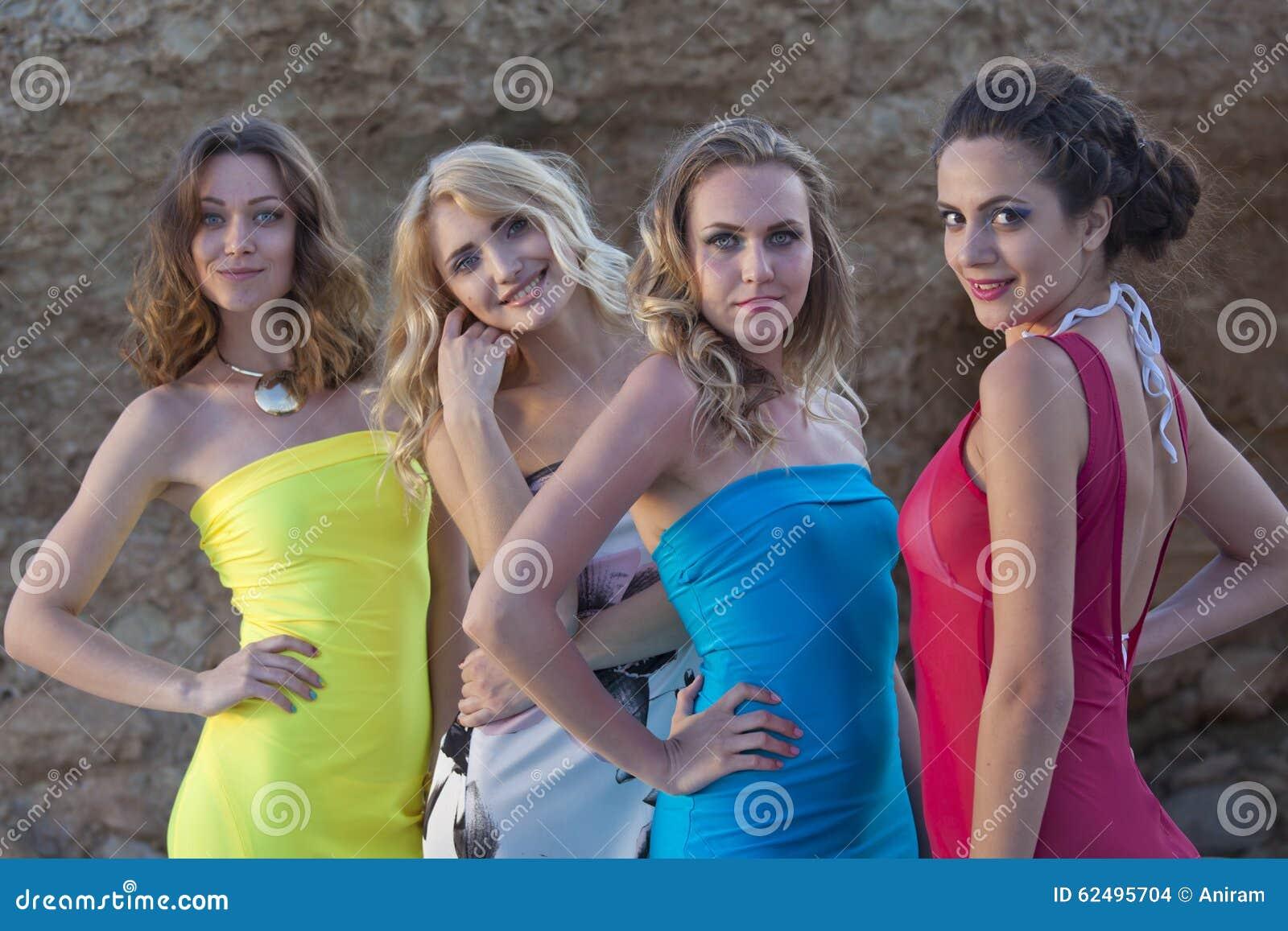 夏天礼服的四名妇女