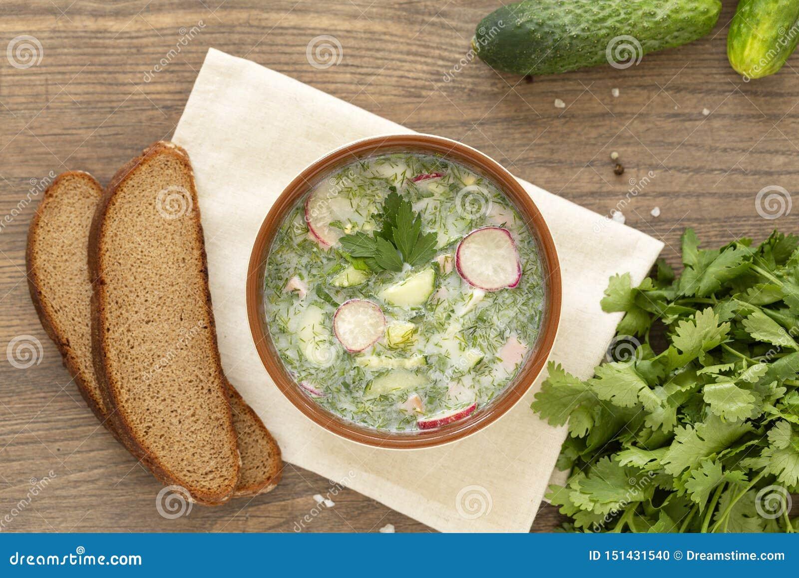 夏天酸奶冷的汤用萝卜、黄瓜和莳萝在木桌上 在酸奶的俄国冷的菜汤
