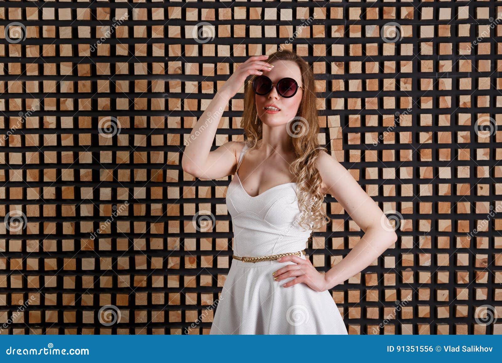 夏天年轻有吸引力的惊奇的妇女佩带的太阳镜样式画象  热带暑假时尚秀丽