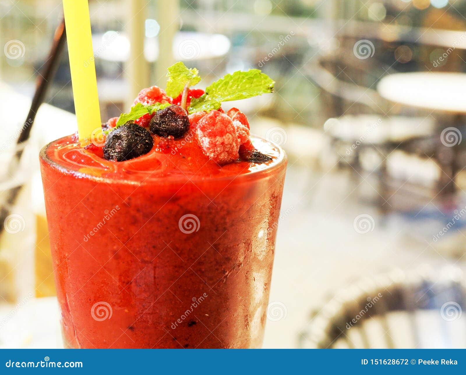 夏天thirst-quenching饮料用红草莓汁