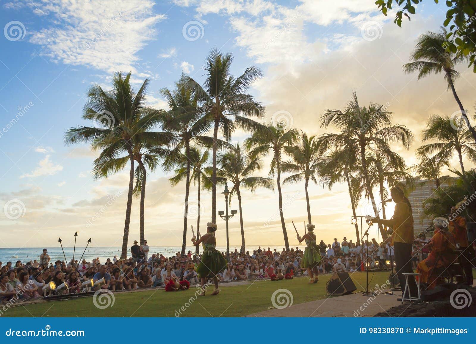 夏威夷奥阿胡岛waikiki海滩一个小乐队播放典型的夏威夷音乐