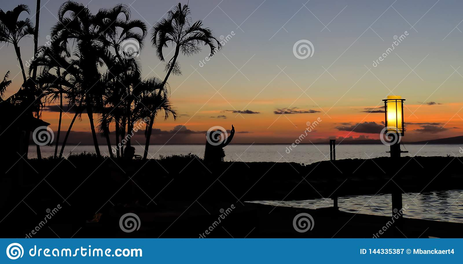 夏威夷hula舞蹈家的剪影日落的与在海滩,拉海纳,毛伊,夏威夷的棕榈树