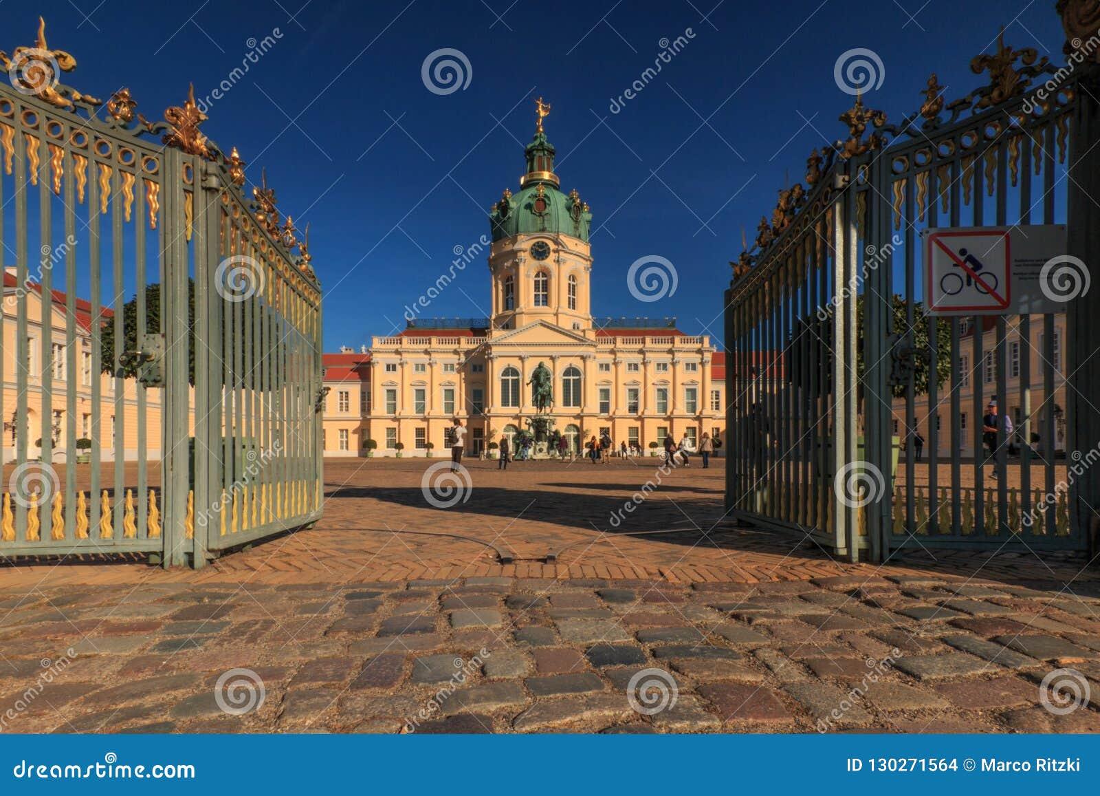 夏洛滕堡城堡和宫殿在天空蔚蓝的柏林