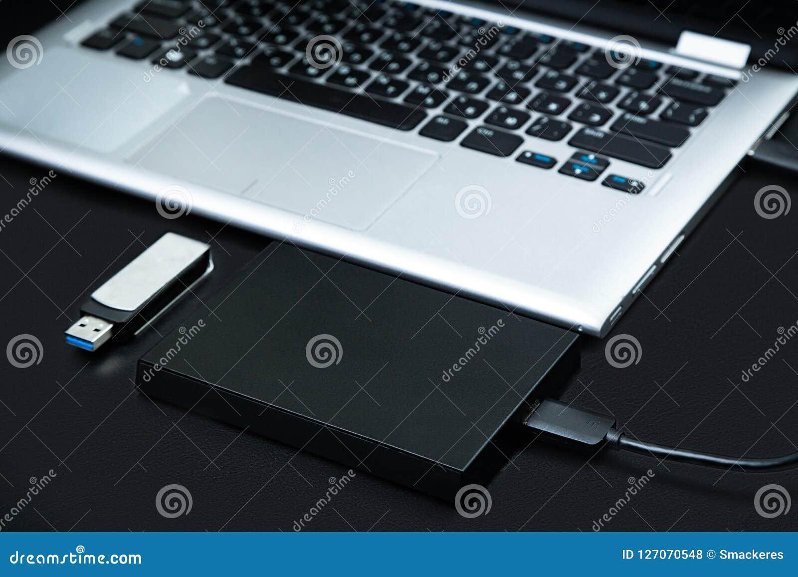 外在硬盘连接了到膝上型计算机和USB闪光驱动