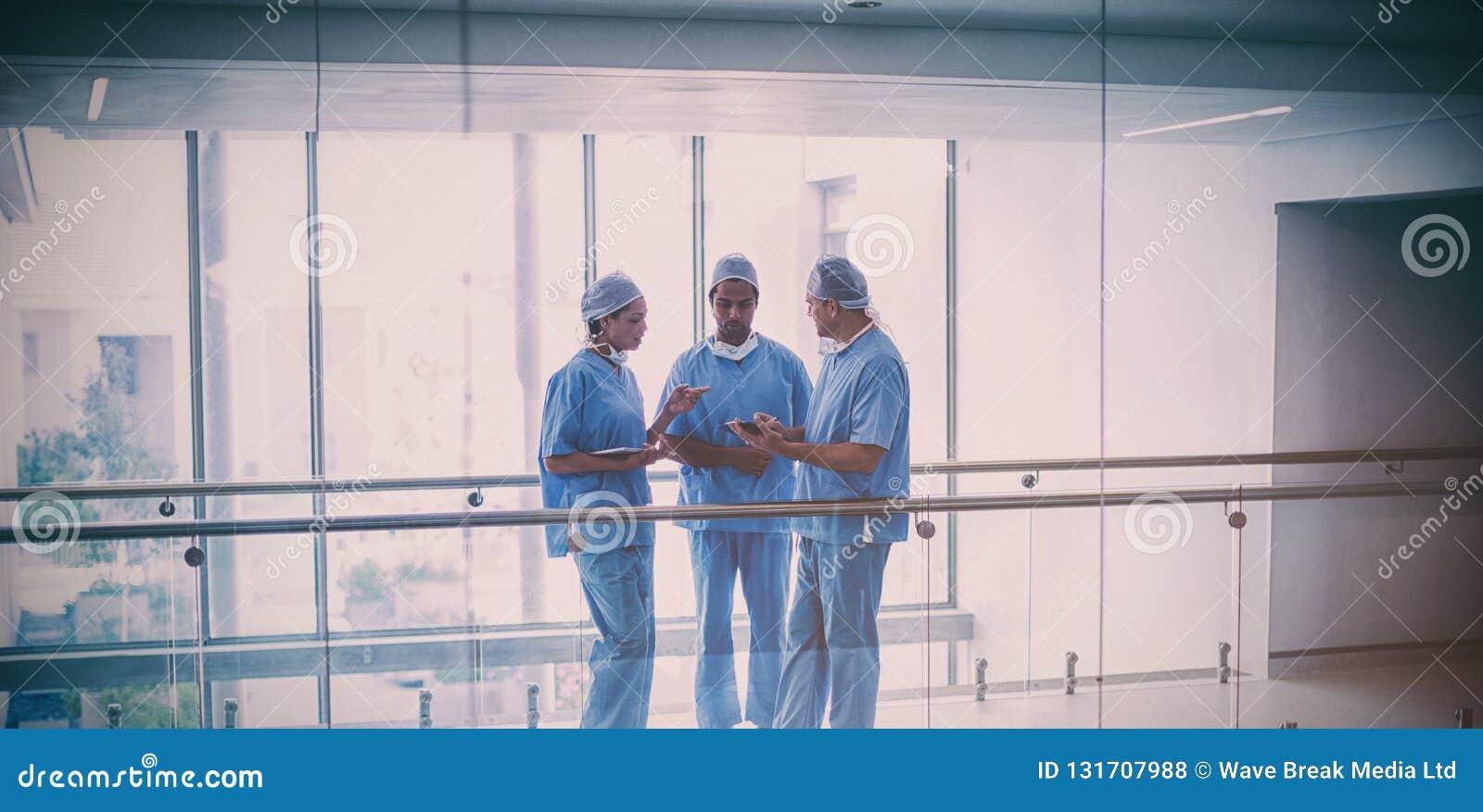 外科医生队谈论在数字式片剂