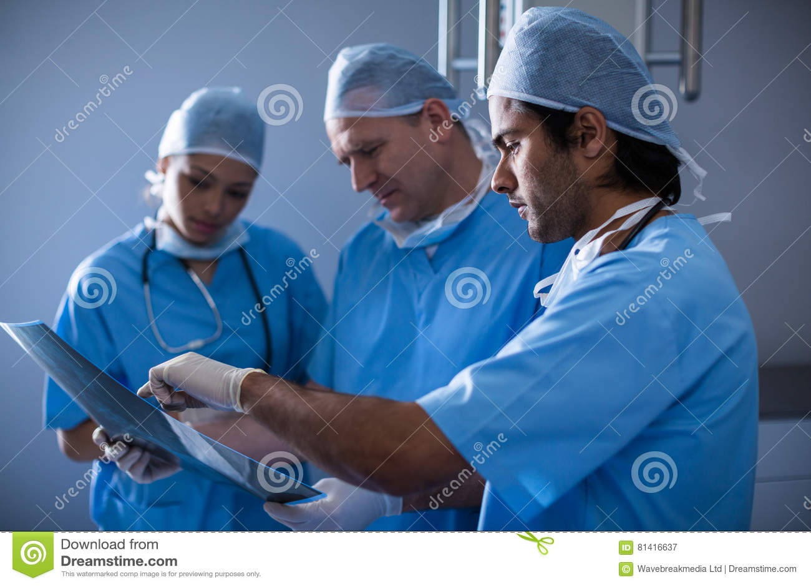 外科医生谈论在X-射线