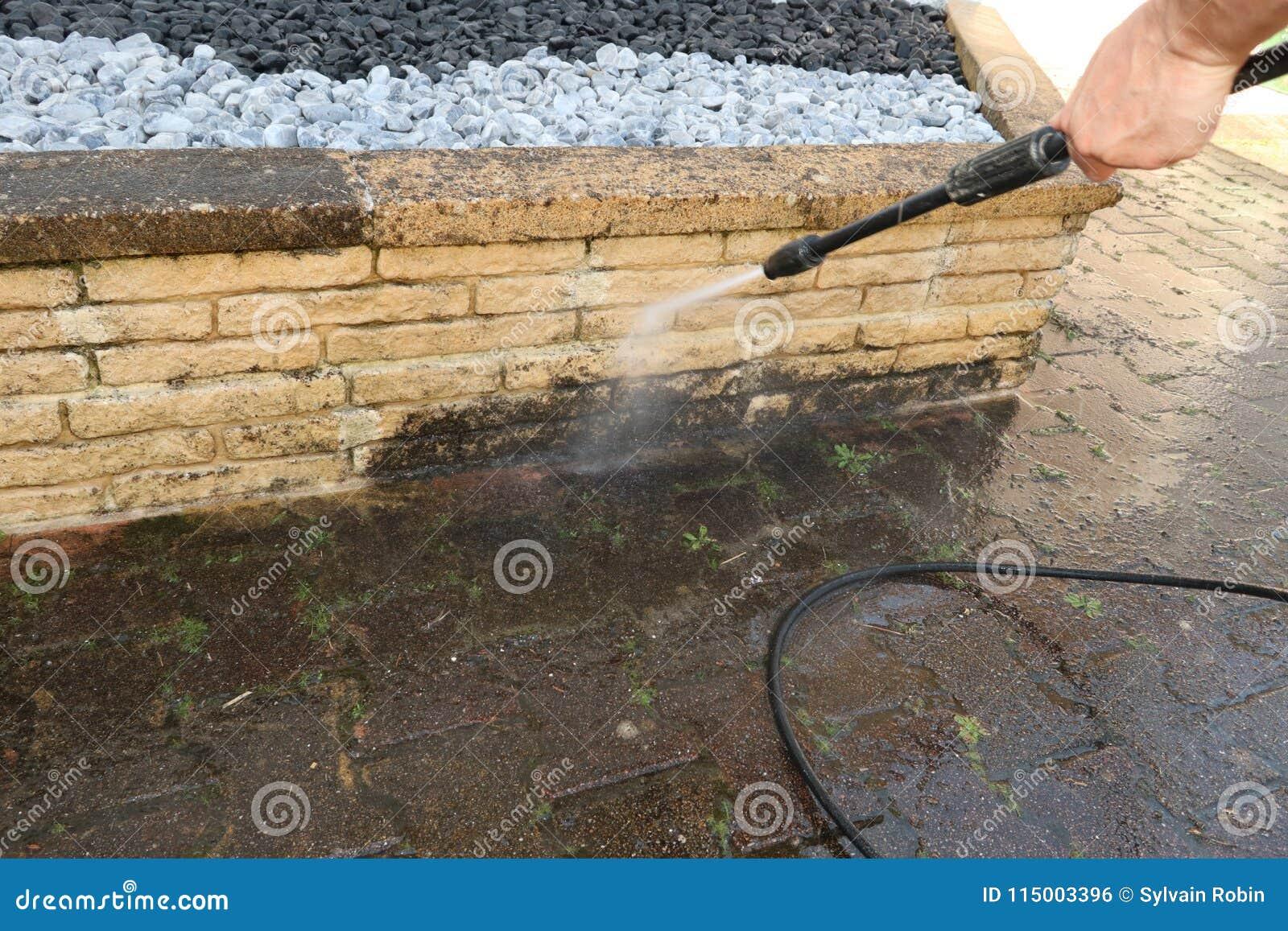外部清洁和大厦清洁与高压喷水的人