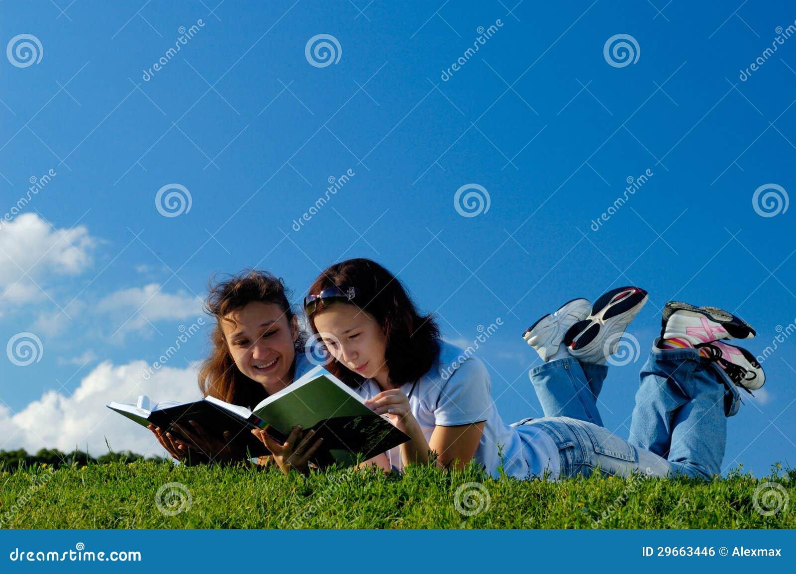外面二本女孩阅读书