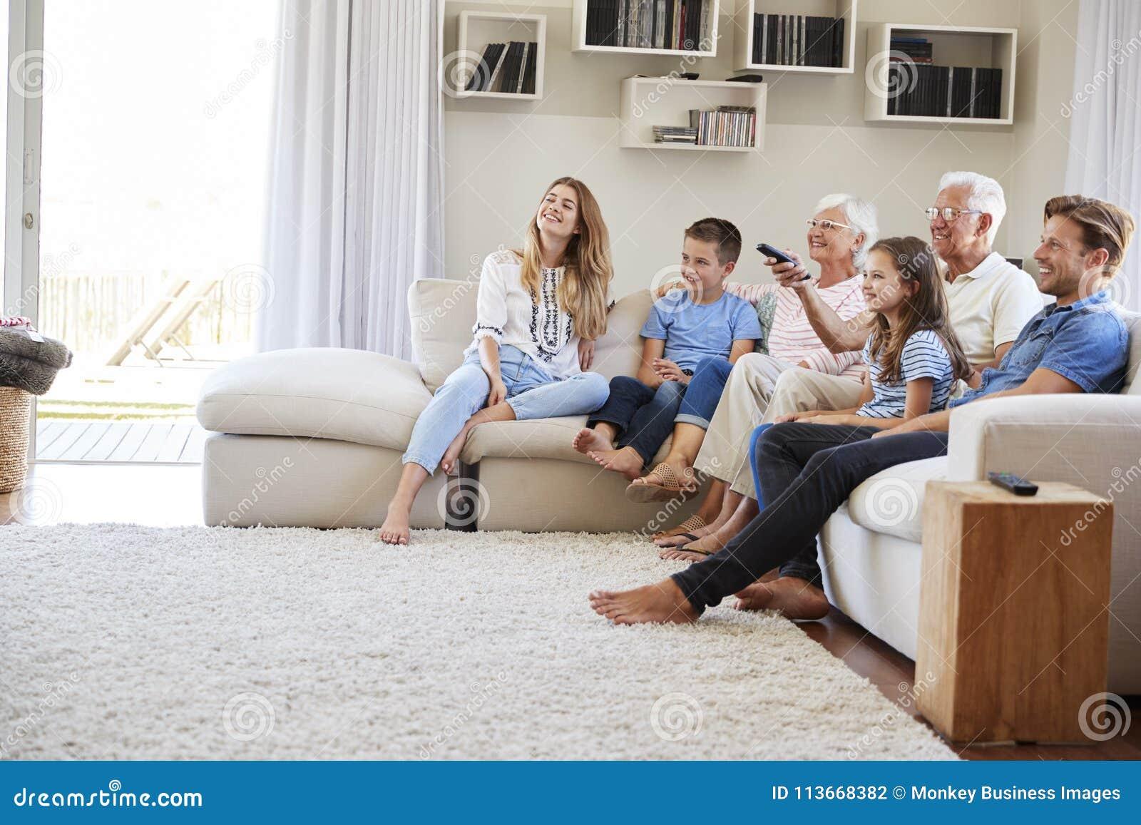 多一代家庭在家坐看电视的沙发