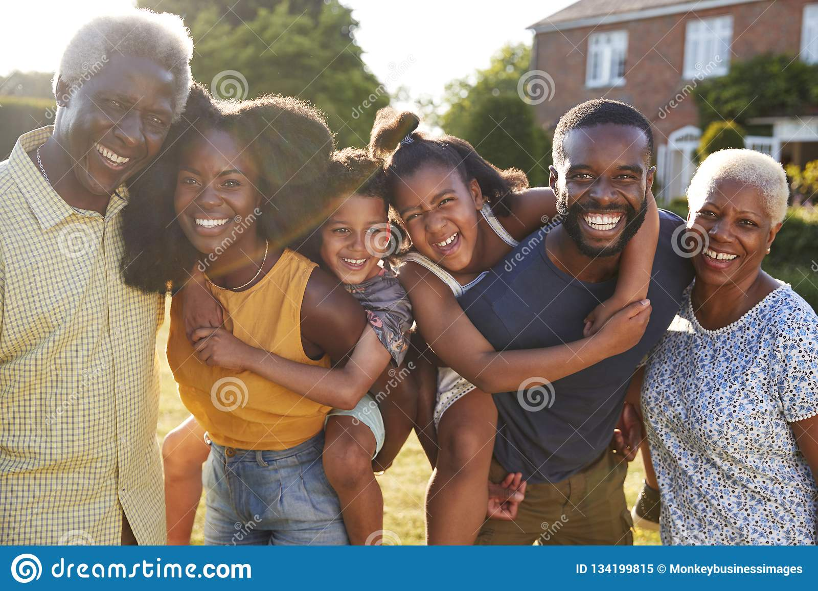 多一代黑色家庭,扛在肩上孩子的父母