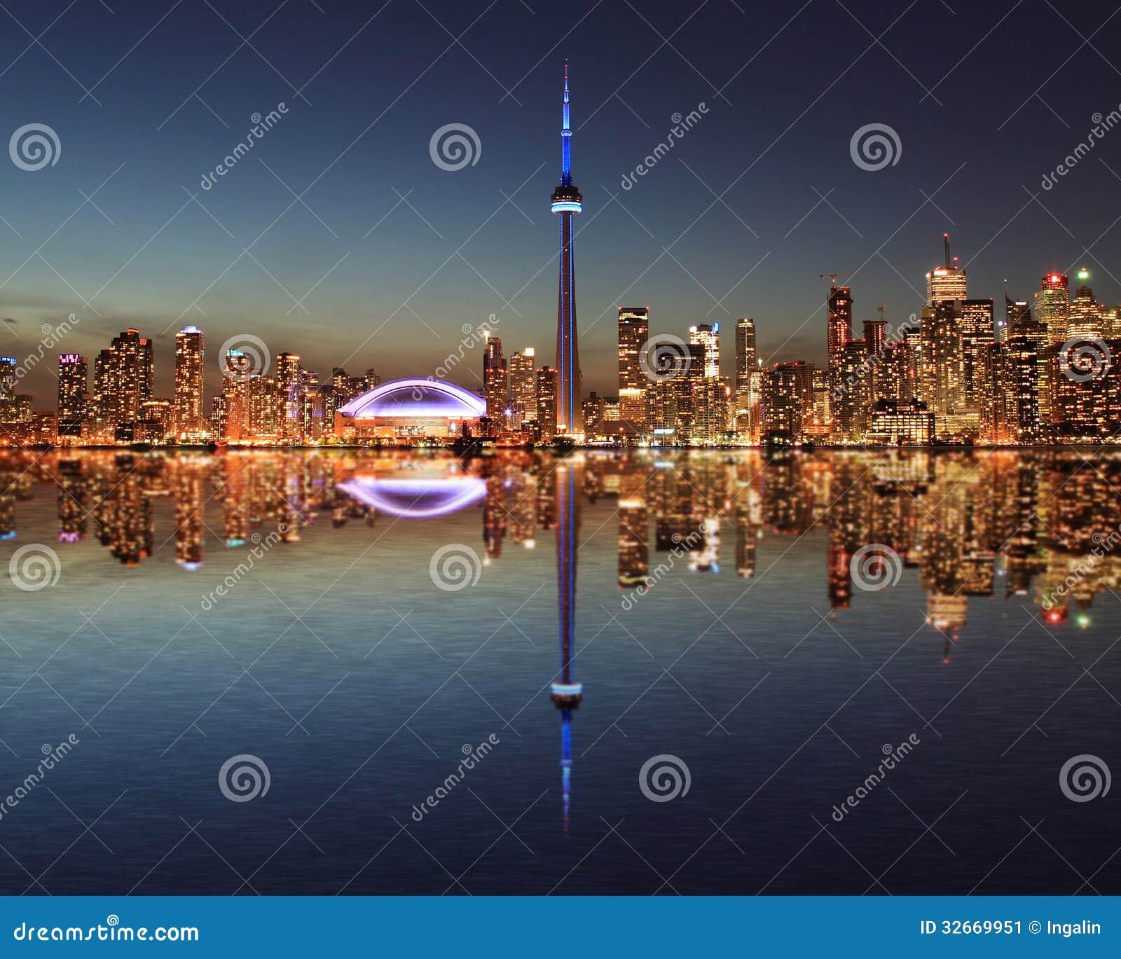 多伦多地平线在与反射的晚上