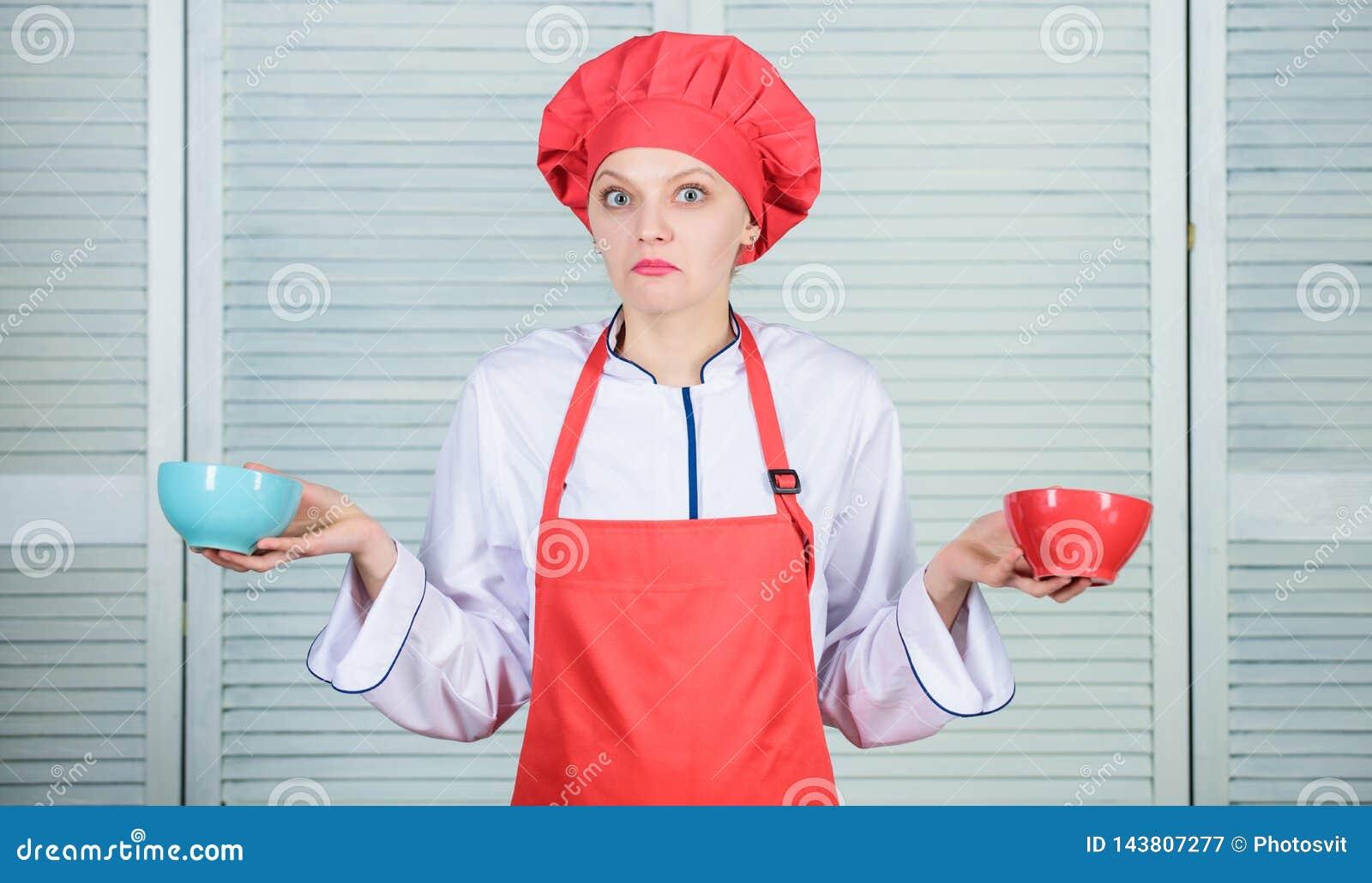 多少个部分您要不要吃 妇女厨师举行碗 计算数额卡路里您消耗 计算正常