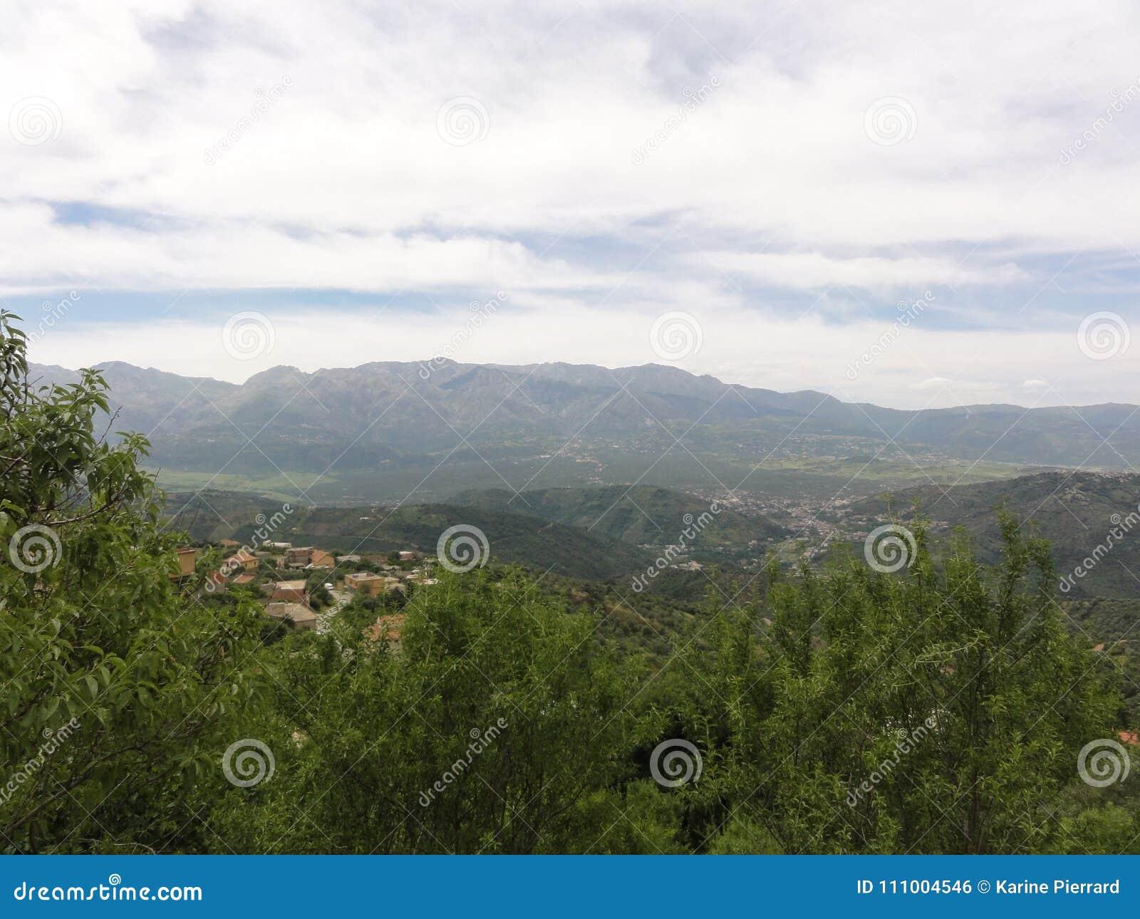 多山风景在Kabylia 卡拜尔人山