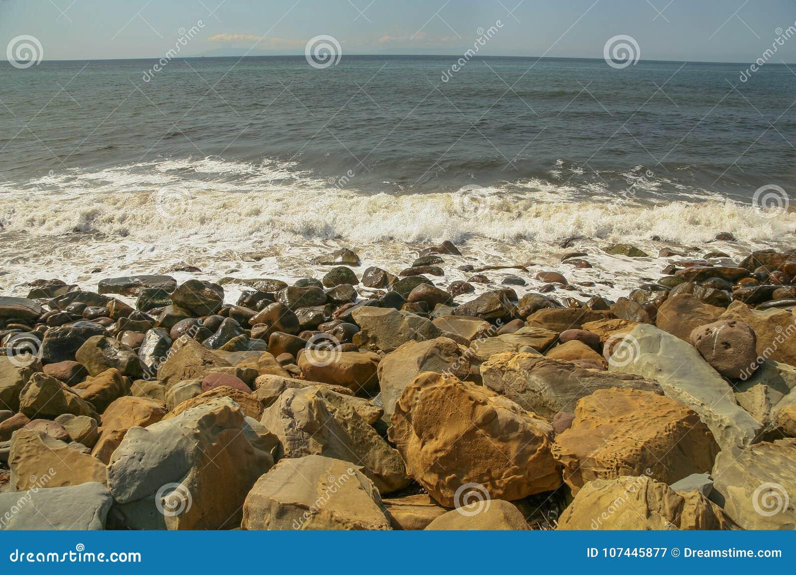 多岩石的海滩在Faria海滩国家公园在加利福尼亚