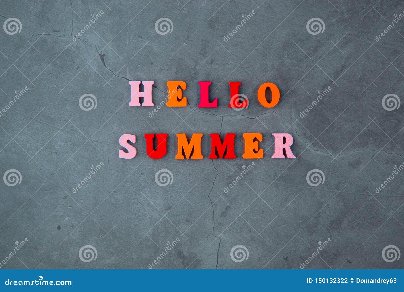 多彩多姿的你好夏天词由木信件做成在灰色涂灰泥的墙壁背景