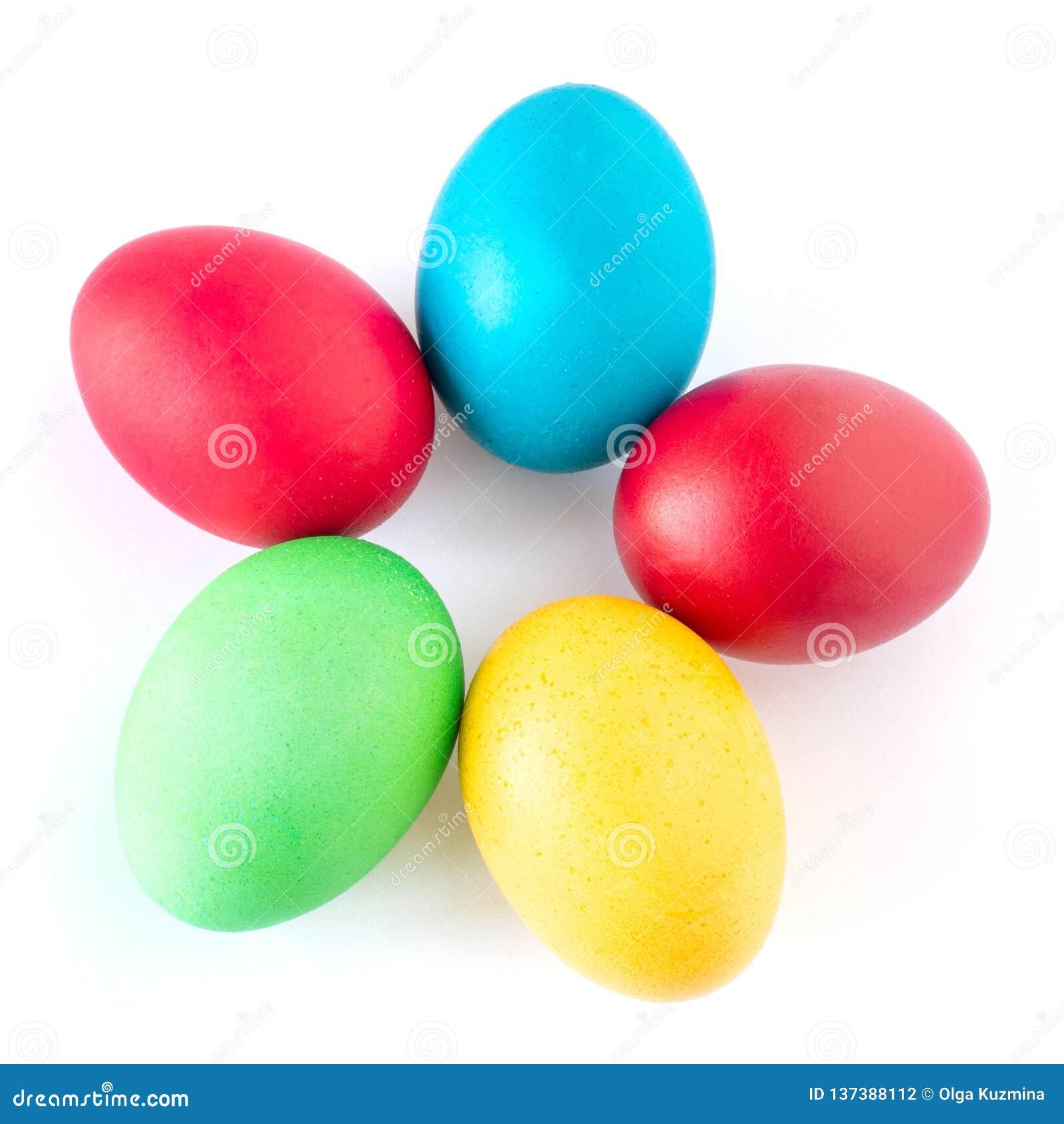 多彩多姿的复活节彩蛋在白色背景说谎 以花的形式被折叠的黄色,红色,绿色和蓝色鸡蛋