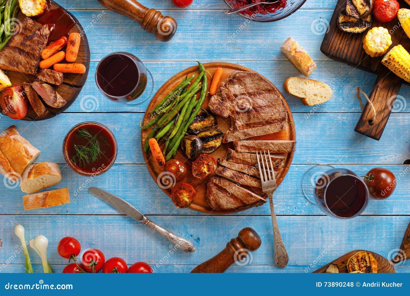 水多的牛排烤了与烤菜和红葡萄酒