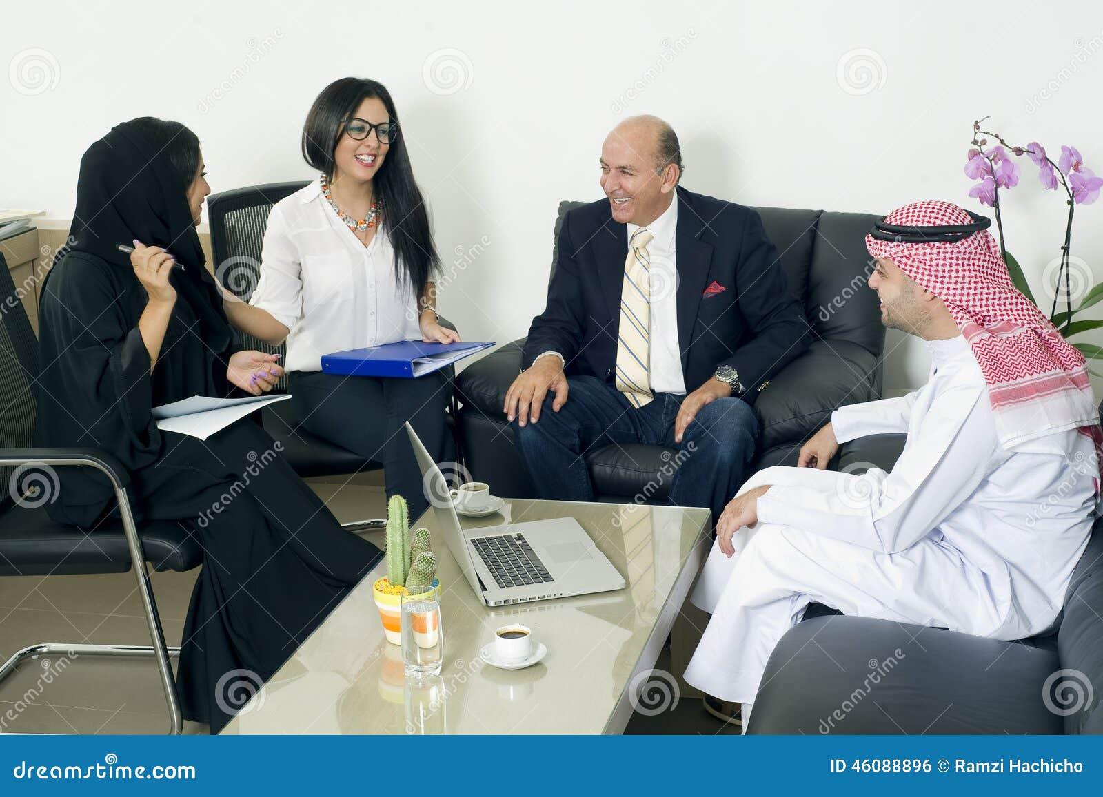 多种族业务会议在办公室,会见外国人的阿拉伯商人在办公室.图片