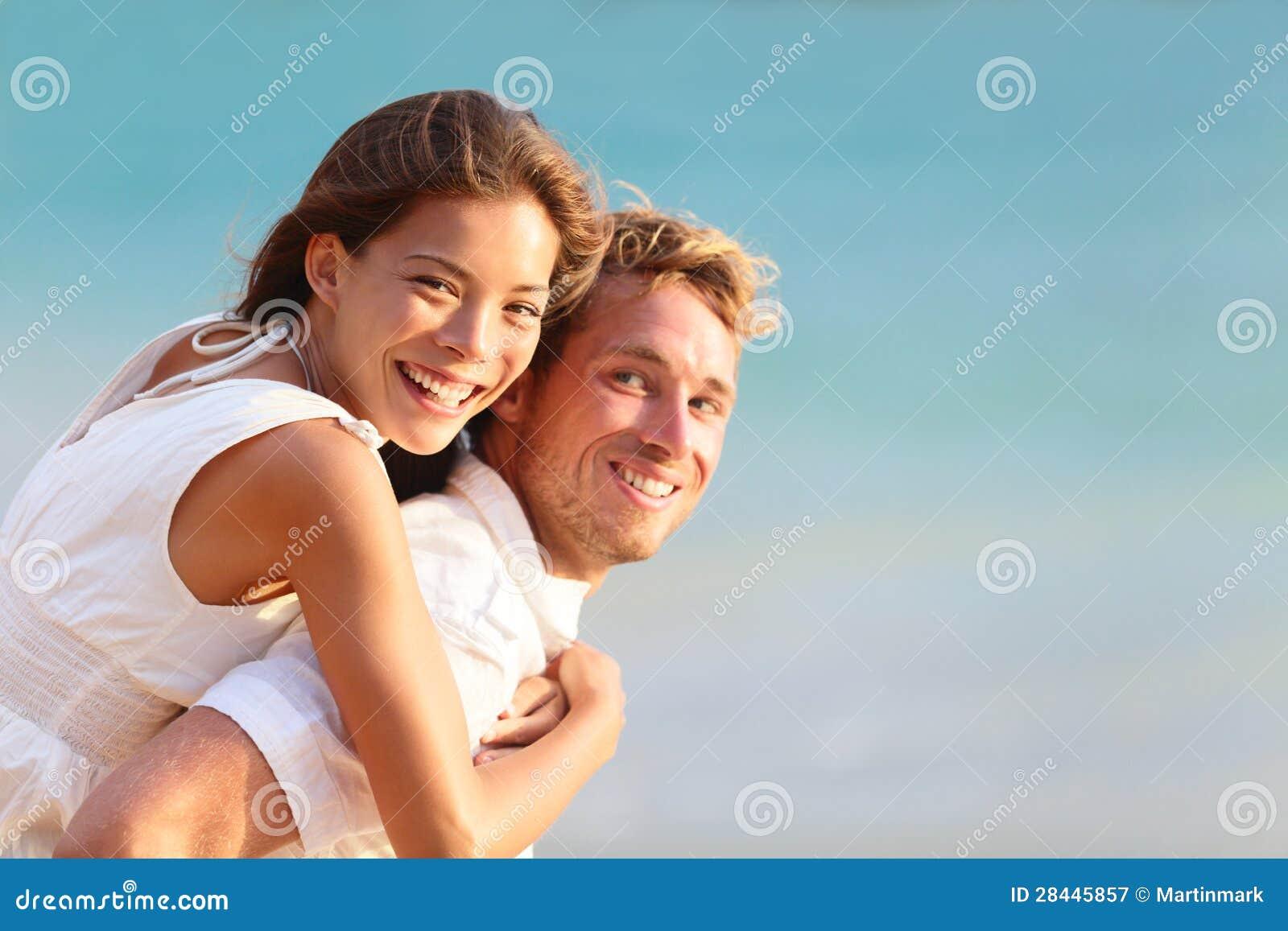 多种族人员: 愉快的夫妇肩扛
