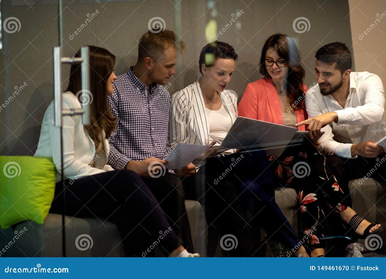 多种族年轻创造性的人在现代办公室 小组年轻商人与膝上型计算机一起工作