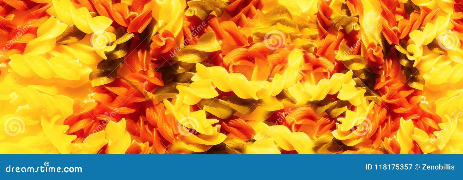 多色未加工的面团fusilli特写镜头 顶视图 抽象食物背景 全景的图象