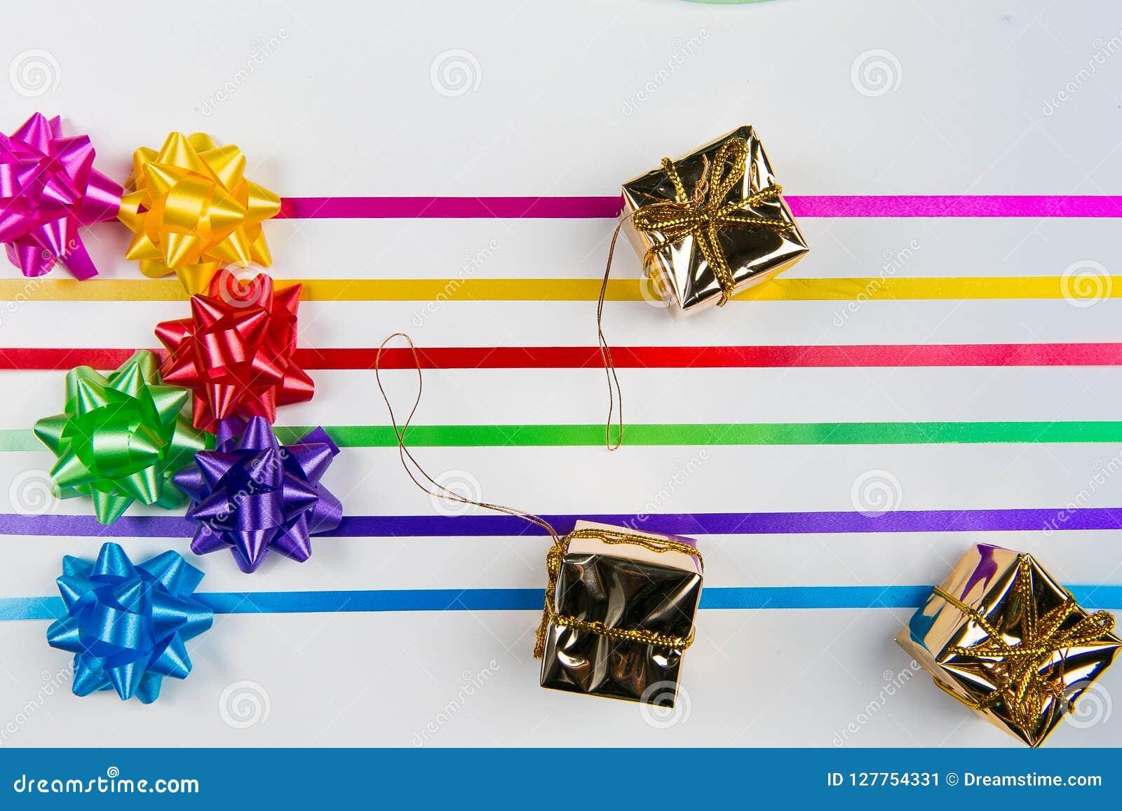 多色缎带包装一张顶视图鞠躬与配比的丝带