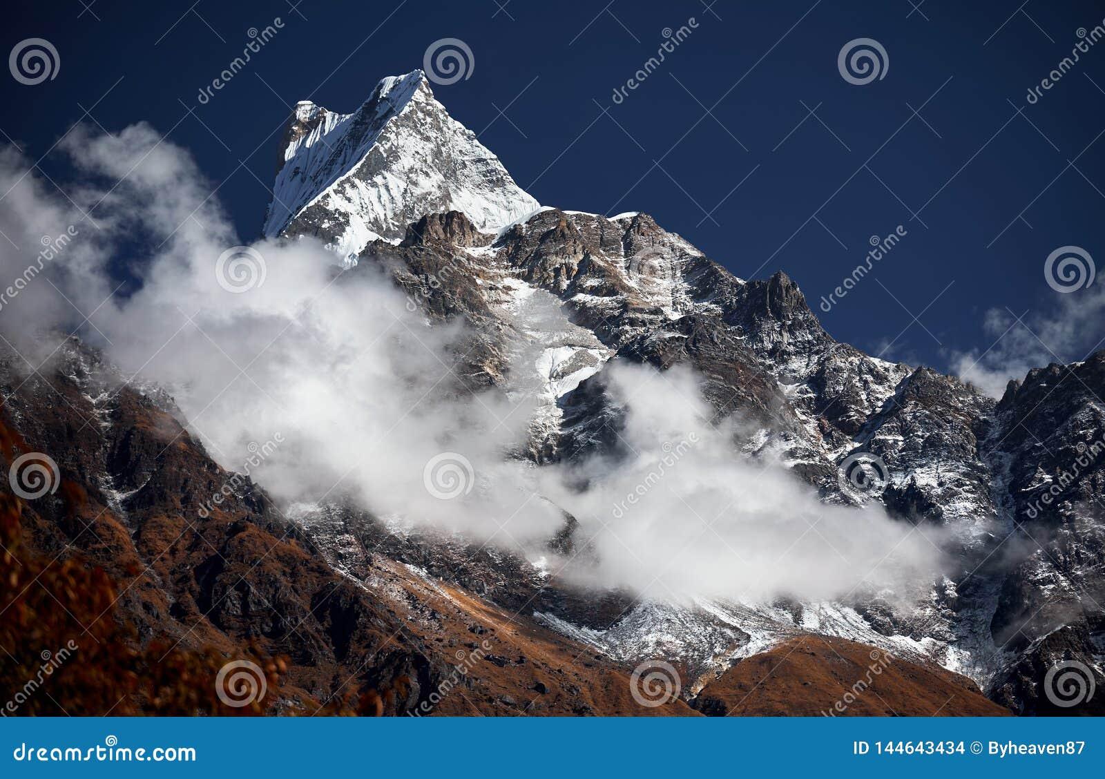 多雪的山峰在喜马拉雅山