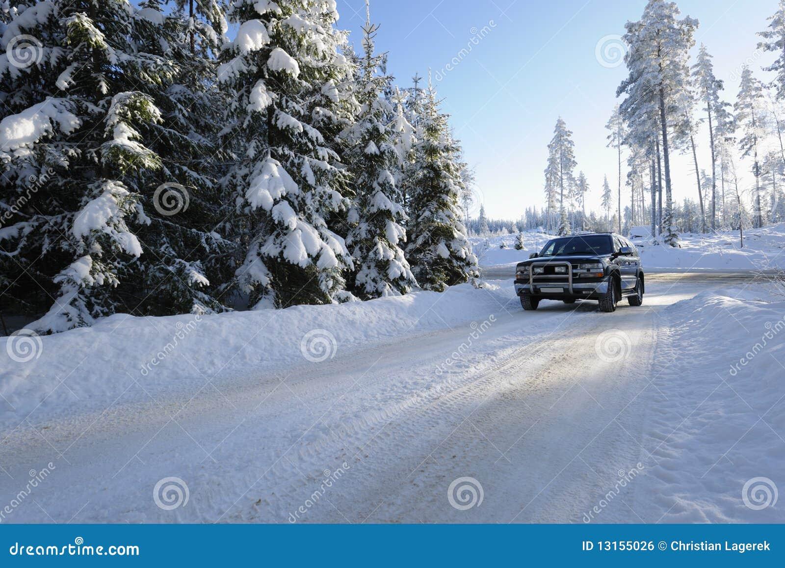 多雪驾车的路