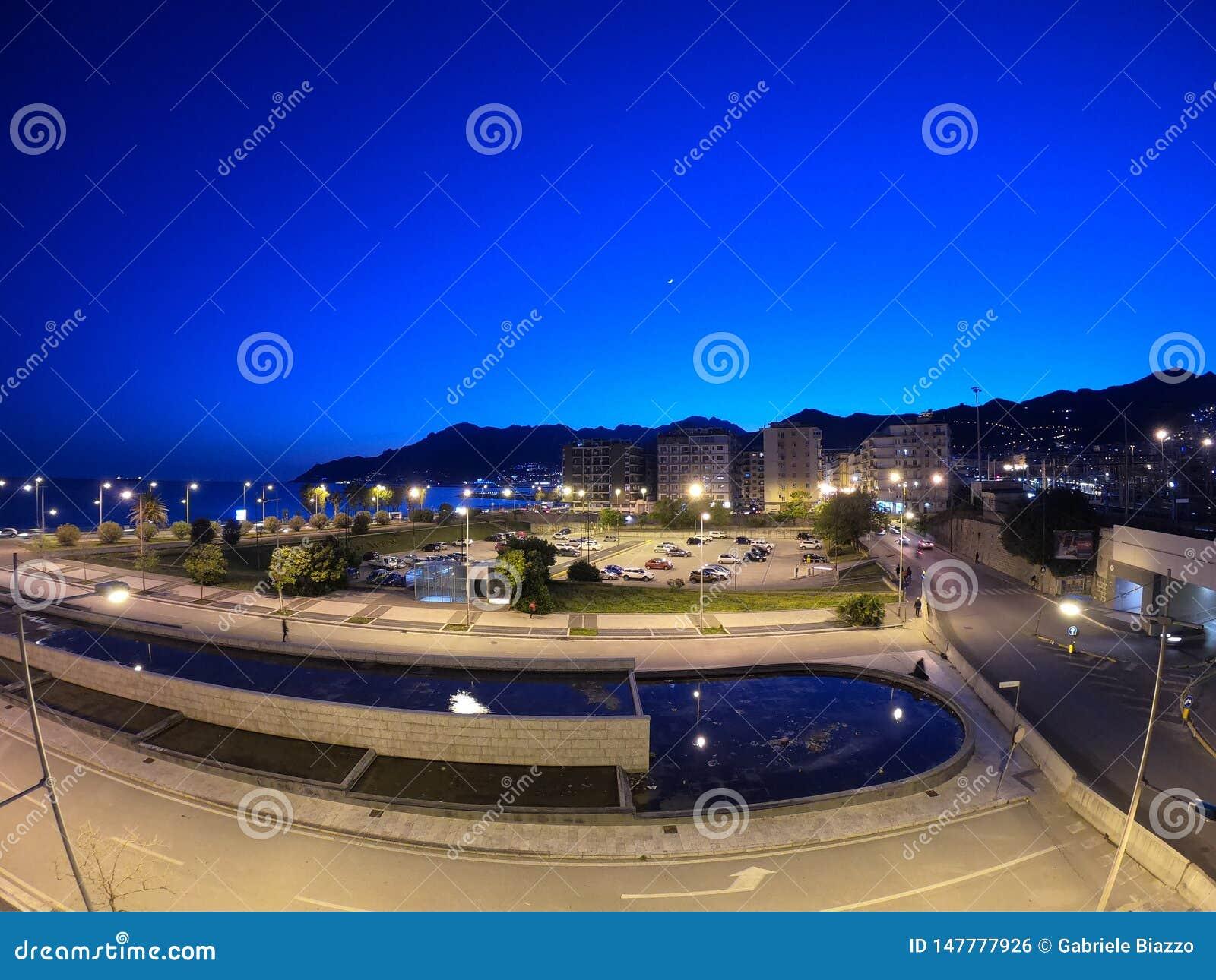 夜在海和山附近的萨莱诺与一些光