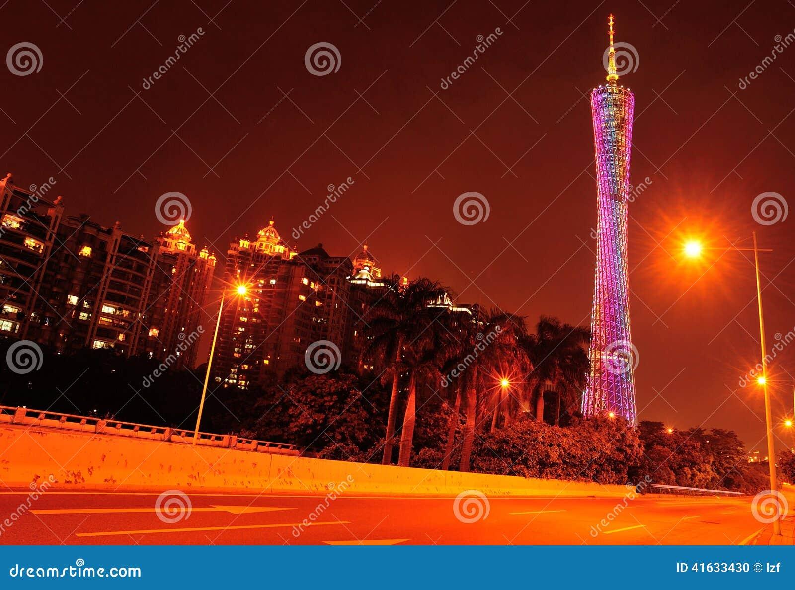 夜场面在瓷的小行政区塔