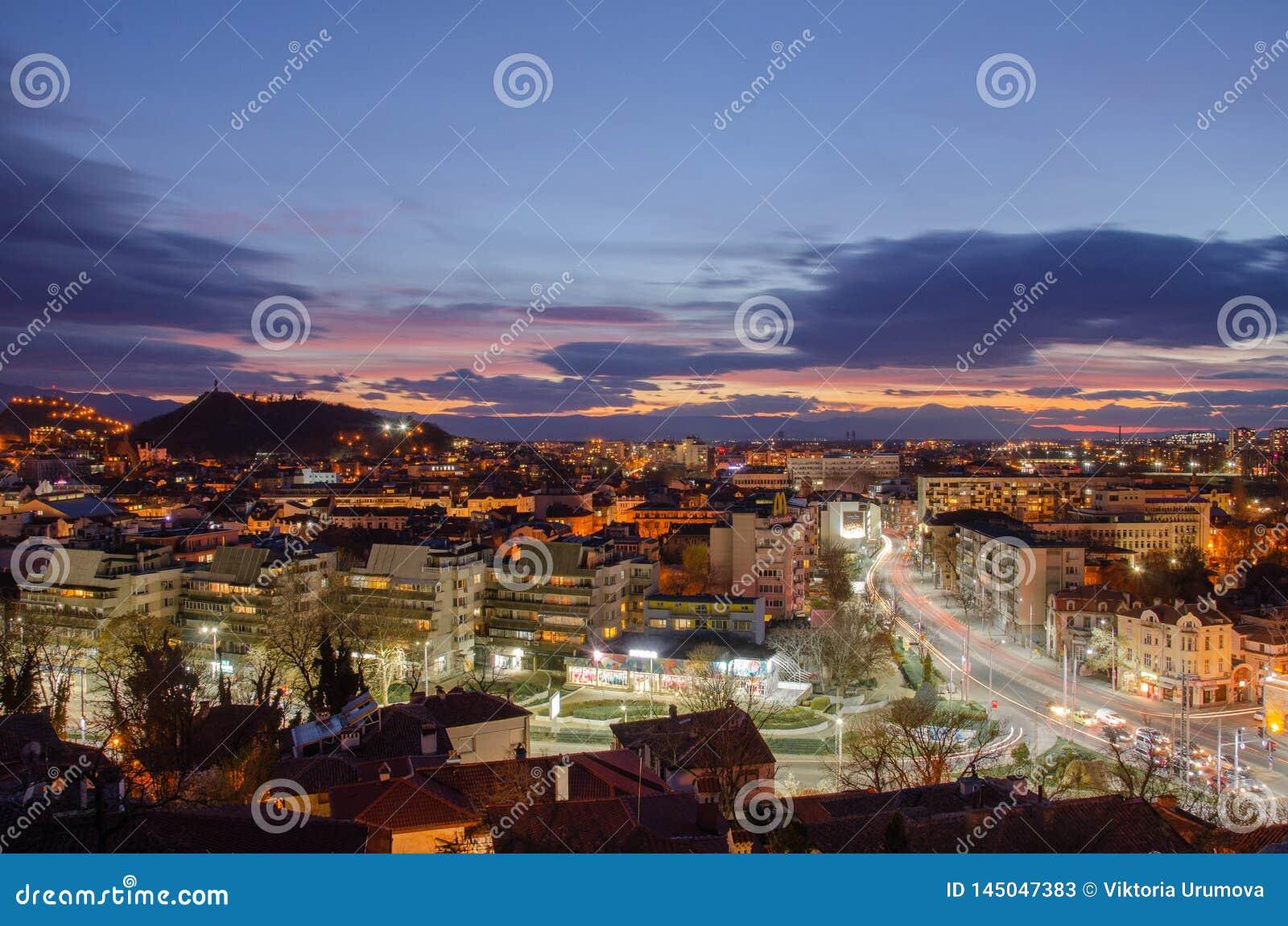 夜城市普罗夫迪夫,保加利亚 从其中一的看法小山