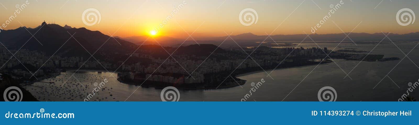 夜视图向里约从老虎山山怀有在日落以后在里约热内卢,巴西