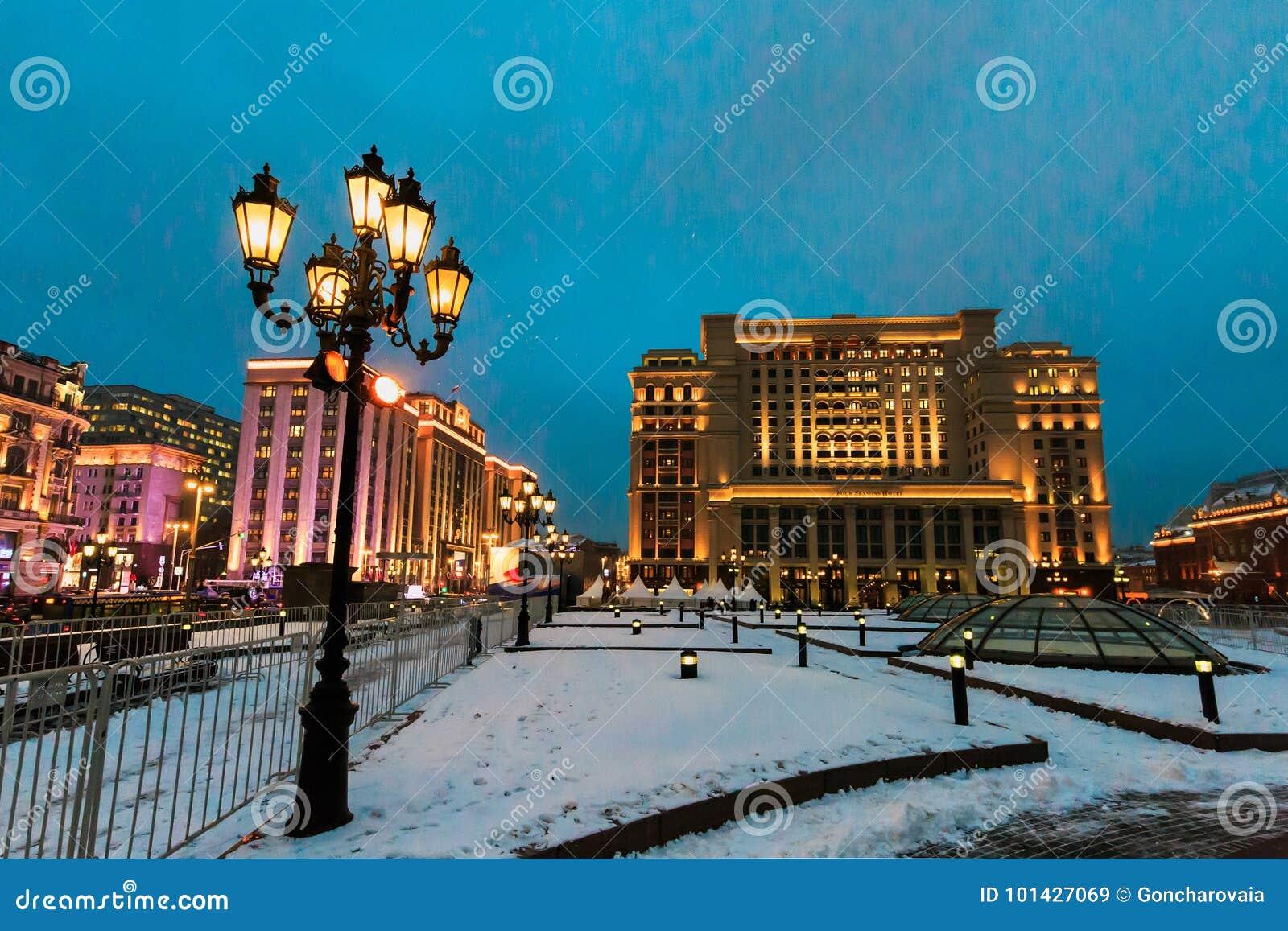 夜都市风景、旅馆`四个季节`和杜马,街灯和雪在Manezhnaya在冬天摆正 莫斯科俄国