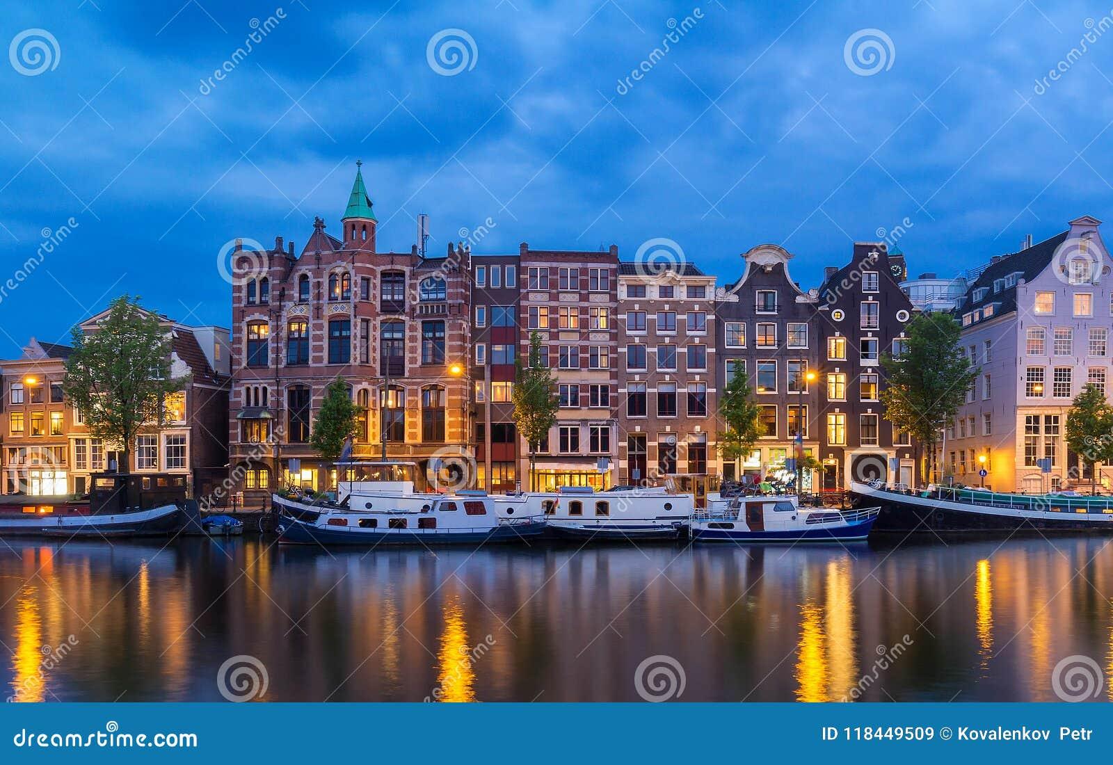 夜阿姆斯特丹运河、典型的荷兰房子和小船,荷兰,荷兰城市视图